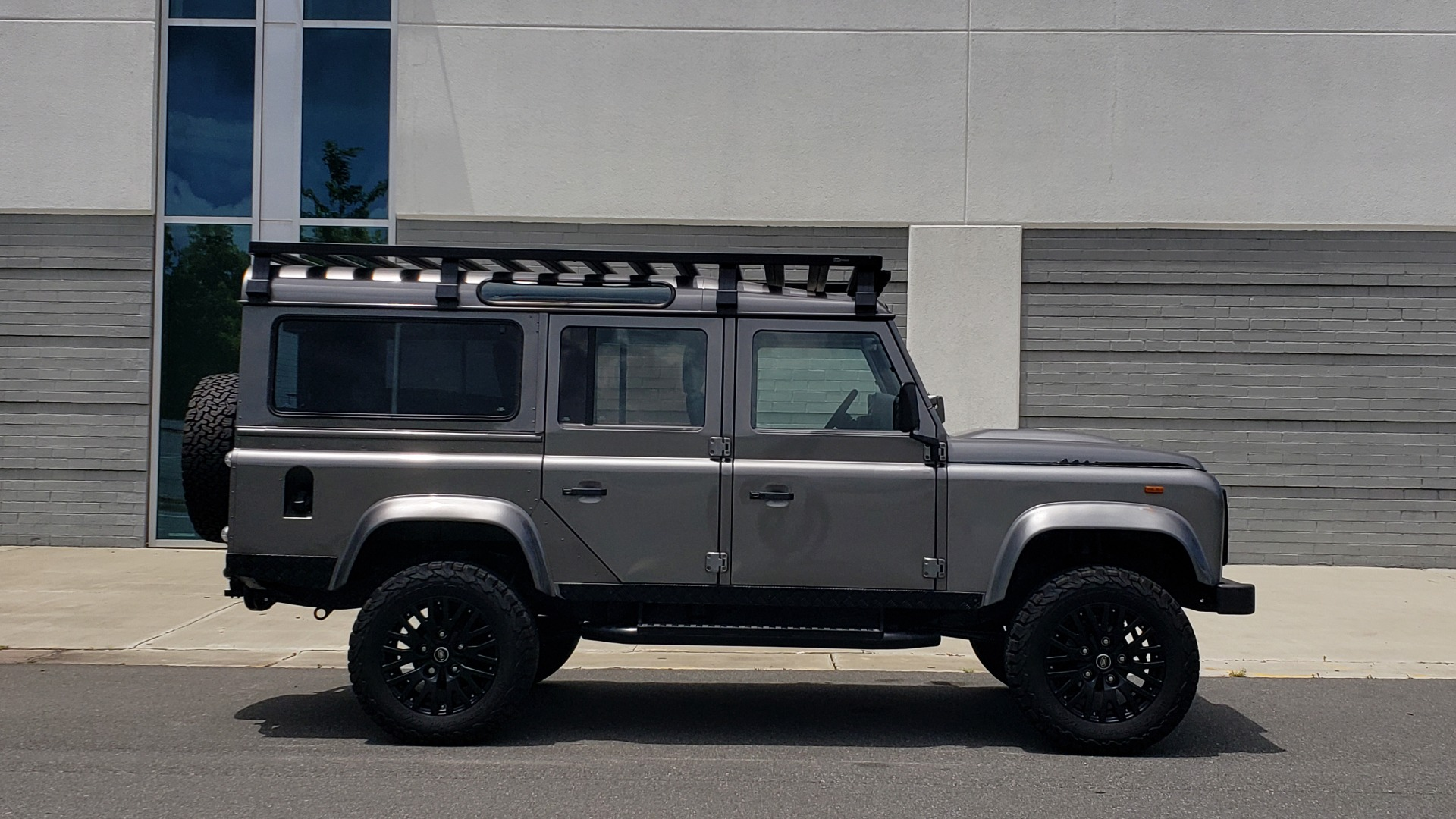 Used 1988 Land Rover DEFENDER 110 CUSTOM 4X4 / LS V8 / PUSH BUTTON AUTO / LEATHER / ROOF RACK for sale $147,888 at Formula Imports in Charlotte NC 28227 22