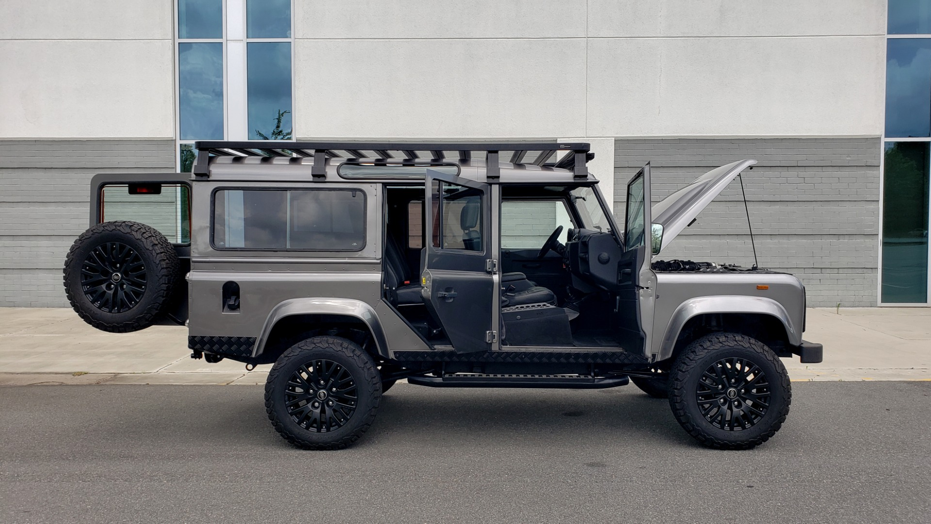 Used 1988 Land Rover DEFENDER 110 CUSTOM 4X4 / LS V8 / PUSH BUTTON AUTO / LEATHER / ROOF RACK for sale $147,888 at Formula Imports in Charlotte NC 28227 27