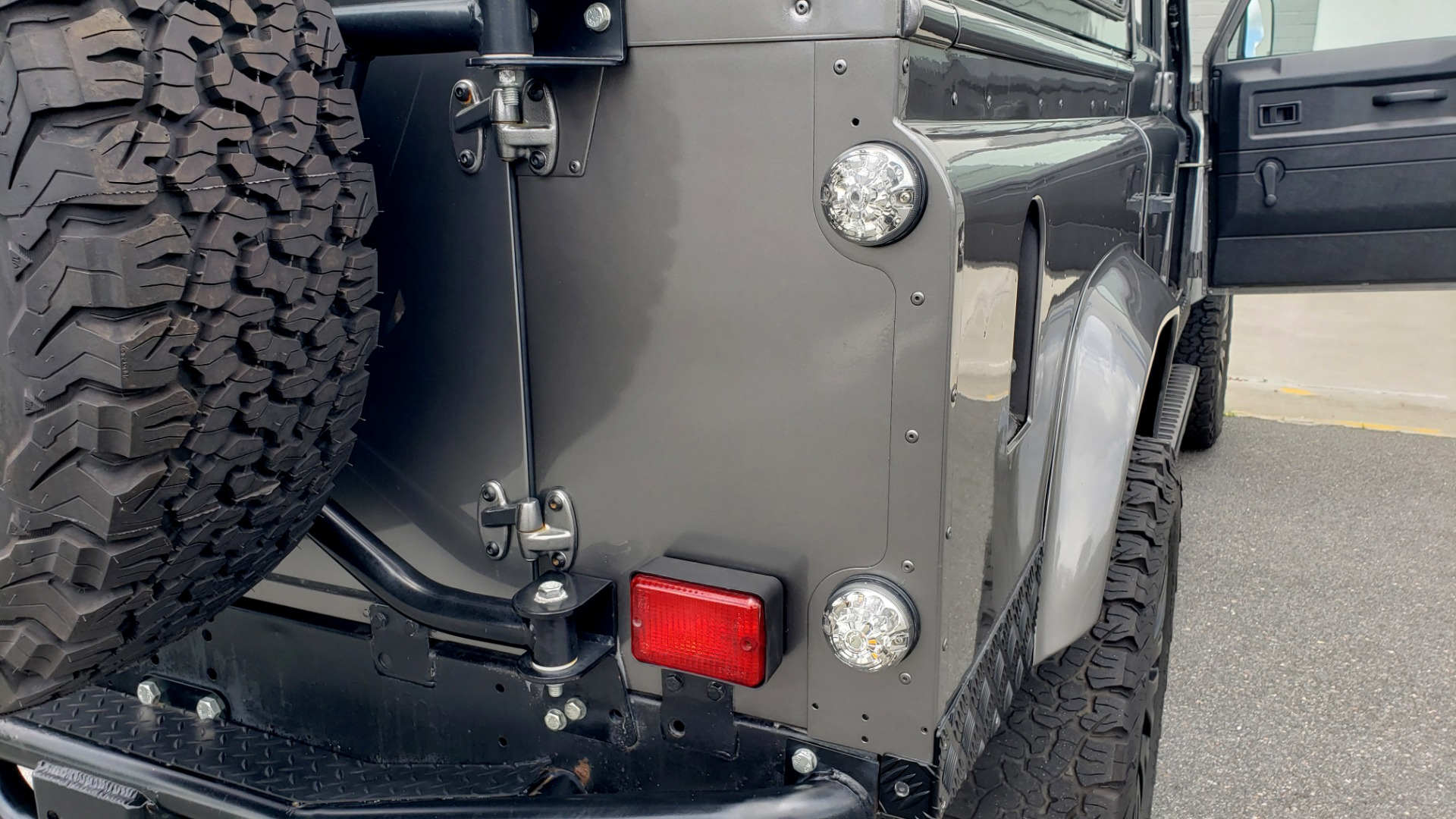 Used 1988 Land Rover DEFENDER 110 CUSTOM 4X4 / LS V8 / PUSH BUTTON AUTO / LEATHER / ROOF RACK for sale $147,888 at Formula Imports in Charlotte NC 28227 49