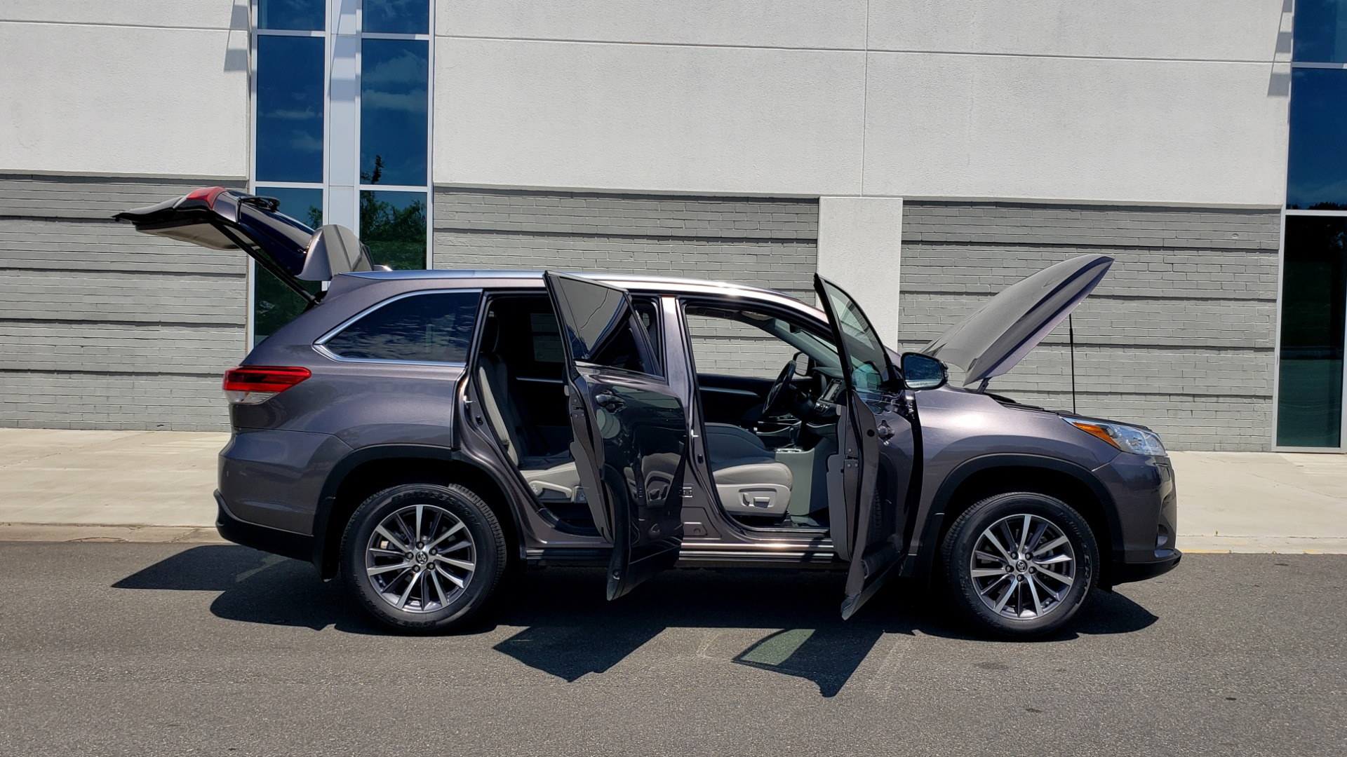 Used 2019 Toyota HIGHLANDER XLE / 3.5L V6 / AWD / LEATHER / 8-SPD AUTO / 1-OWNER for sale $37,500 at Formula Imports in Charlotte NC 28227 12