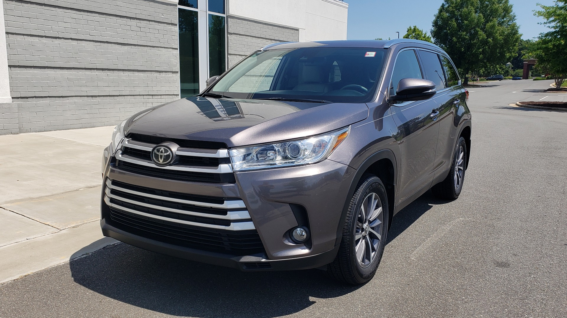Used 2019 Toyota HIGHLANDER XLE / 3.5L V6 / AWD / LEATHER / 8-SPD AUTO / 1-OWNER for sale $37,500 at Formula Imports in Charlotte NC 28227 3