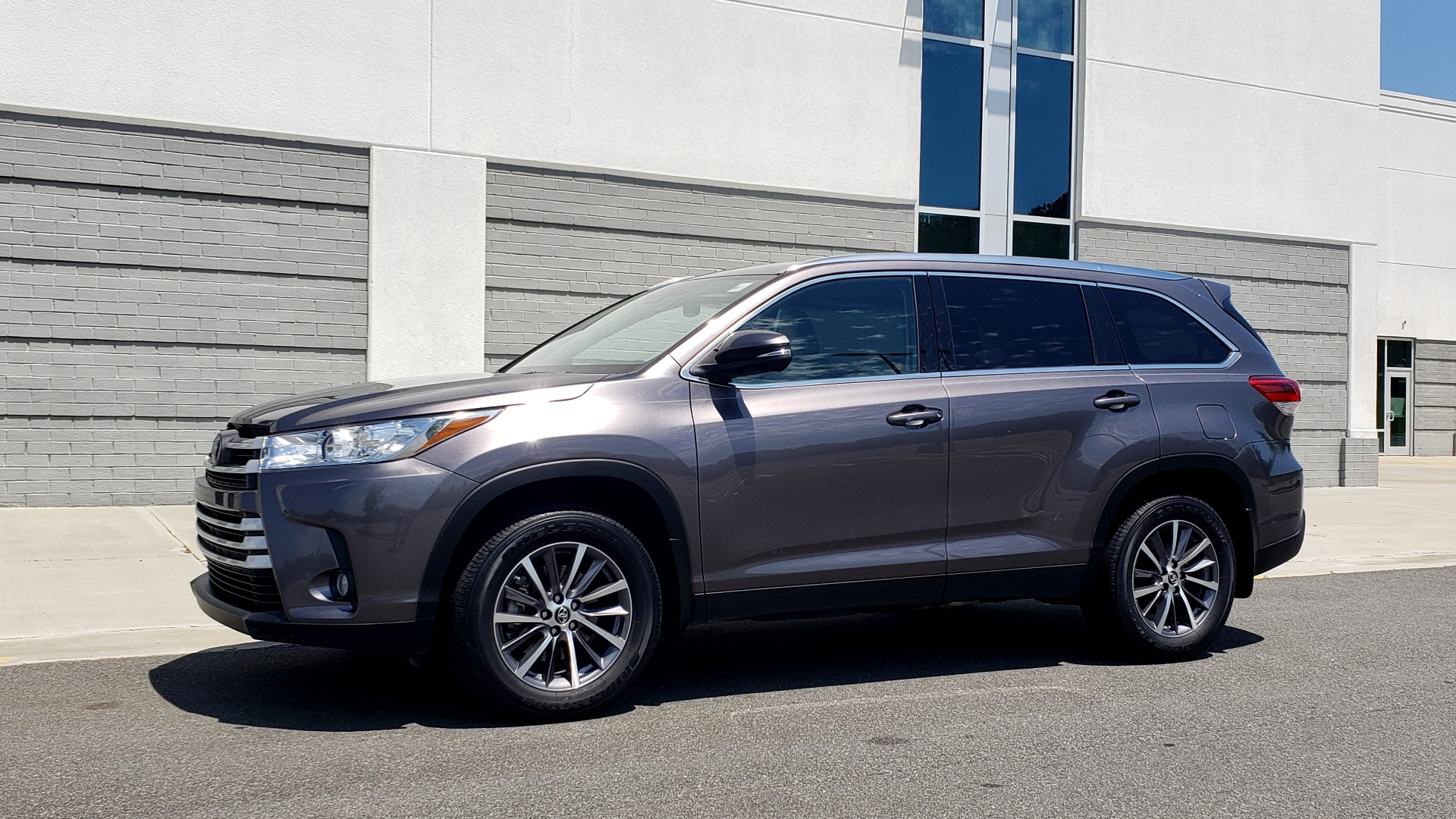Used 2019 Toyota HIGHLANDER XLE / 3.5L V6 / AWD / LEATHER / 8-SPD AUTO / 1-OWNER for sale $37,500 at Formula Imports in Charlotte NC 28227 4
