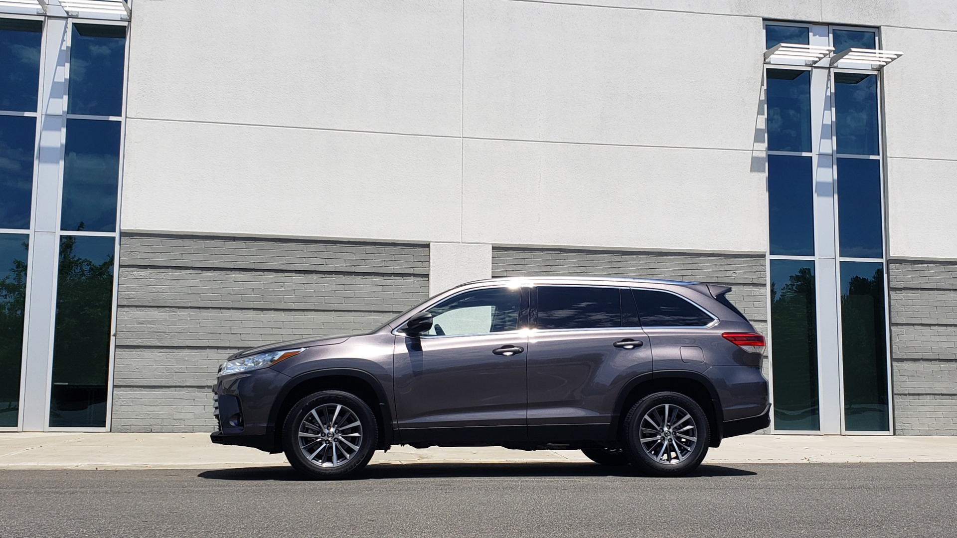 Used 2019 Toyota HIGHLANDER XLE / 3.5L V6 / AWD / LEATHER / 8-SPD AUTO / 1-OWNER for sale $37,500 at Formula Imports in Charlotte NC 28227 5