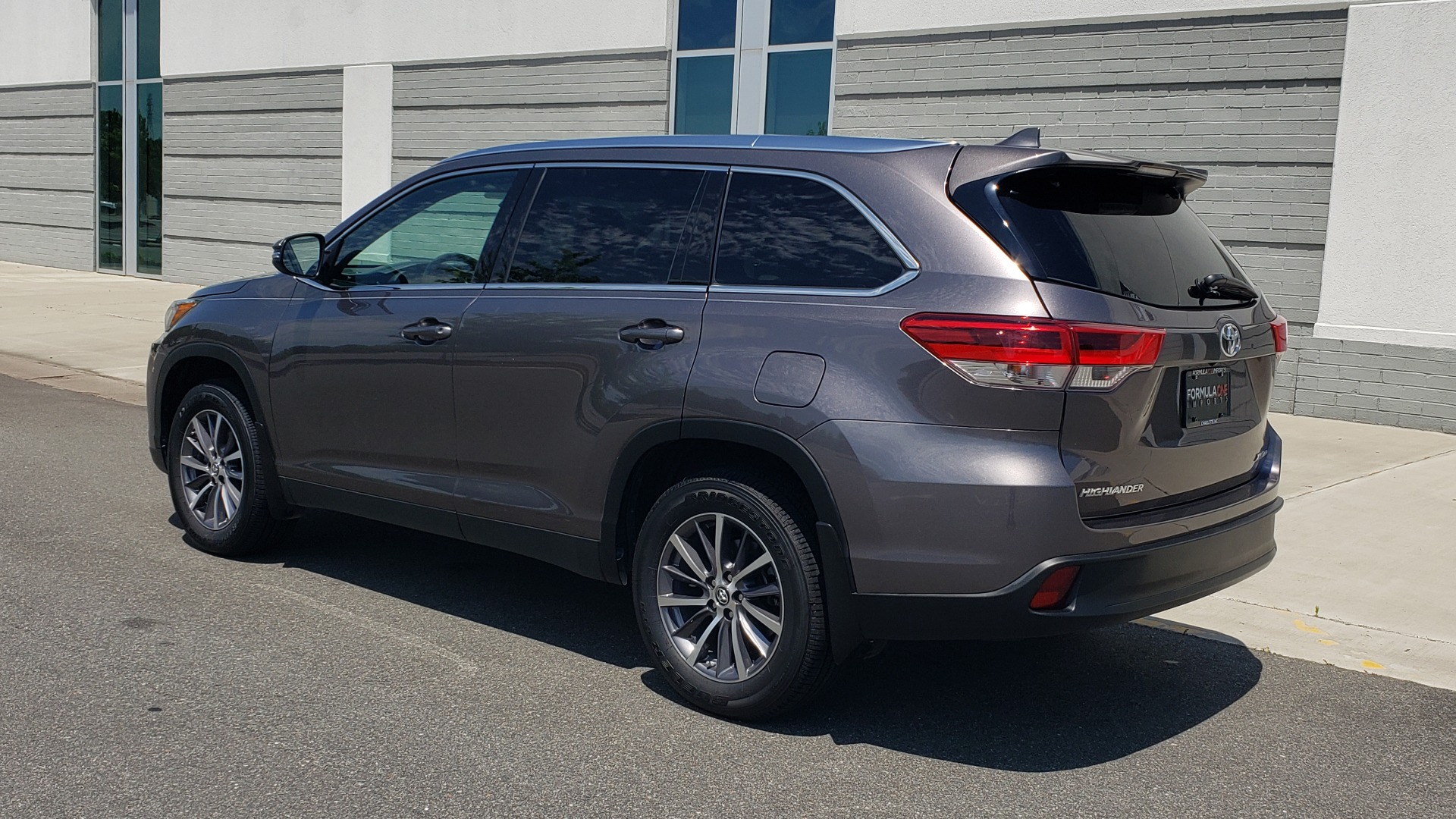 Used 2019 Toyota HIGHLANDER XLE / 3.5L V6 / AWD / LEATHER / 8-SPD AUTO / 1-OWNER for sale $37,500 at Formula Imports in Charlotte NC 28227 6