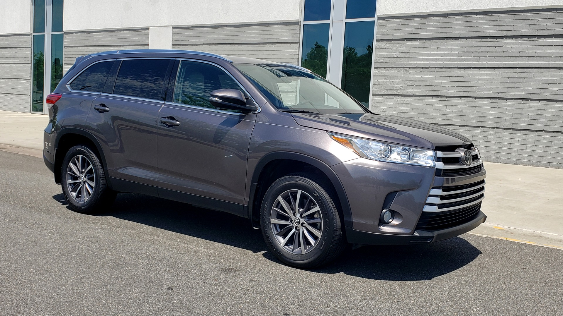 Used 2019 Toyota HIGHLANDER XLE / 3.5L V6 / AWD / LEATHER / 8-SPD AUTO / 1-OWNER for sale $37,500 at Formula Imports in Charlotte NC 28227 7