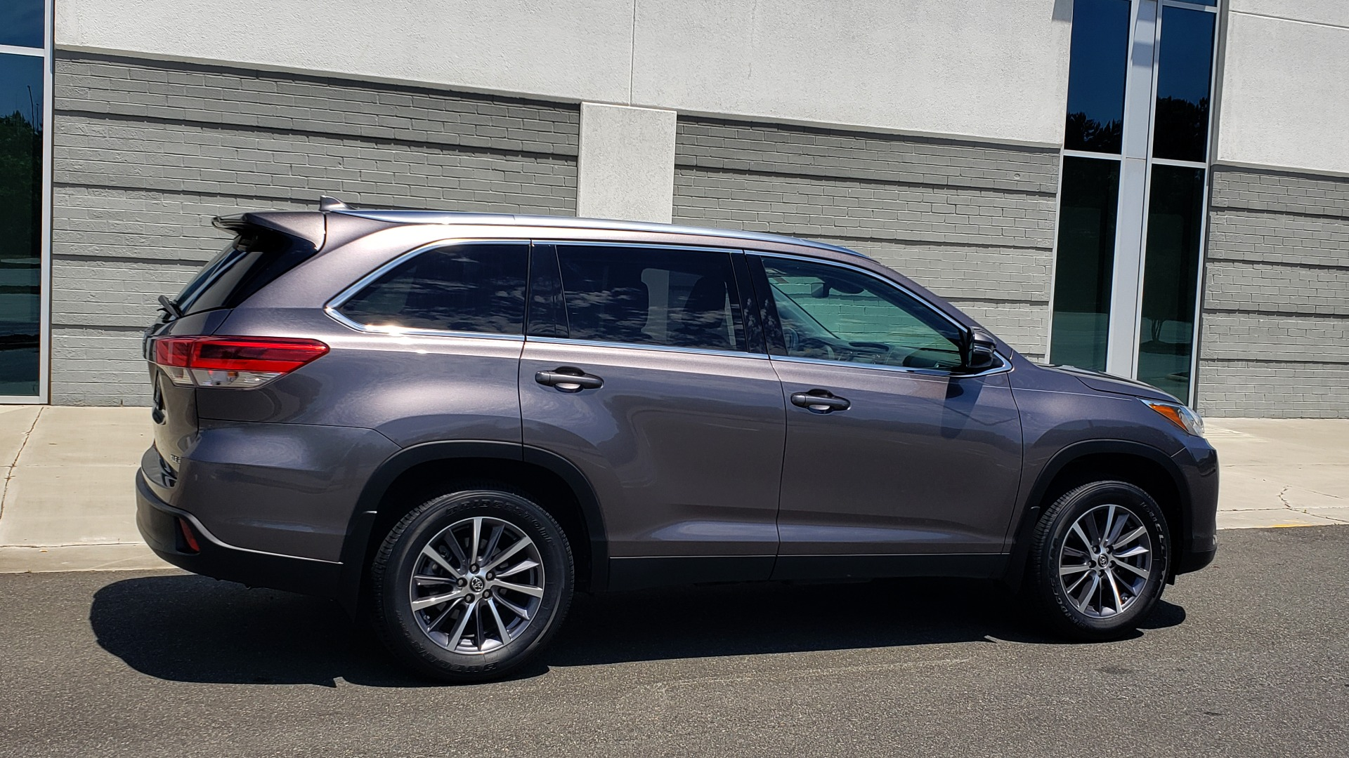 Used 2019 Toyota HIGHLANDER XLE / 3.5L V6 / AWD / LEATHER / 8-SPD AUTO / 1-OWNER for sale $37,500 at Formula Imports in Charlotte NC 28227 9