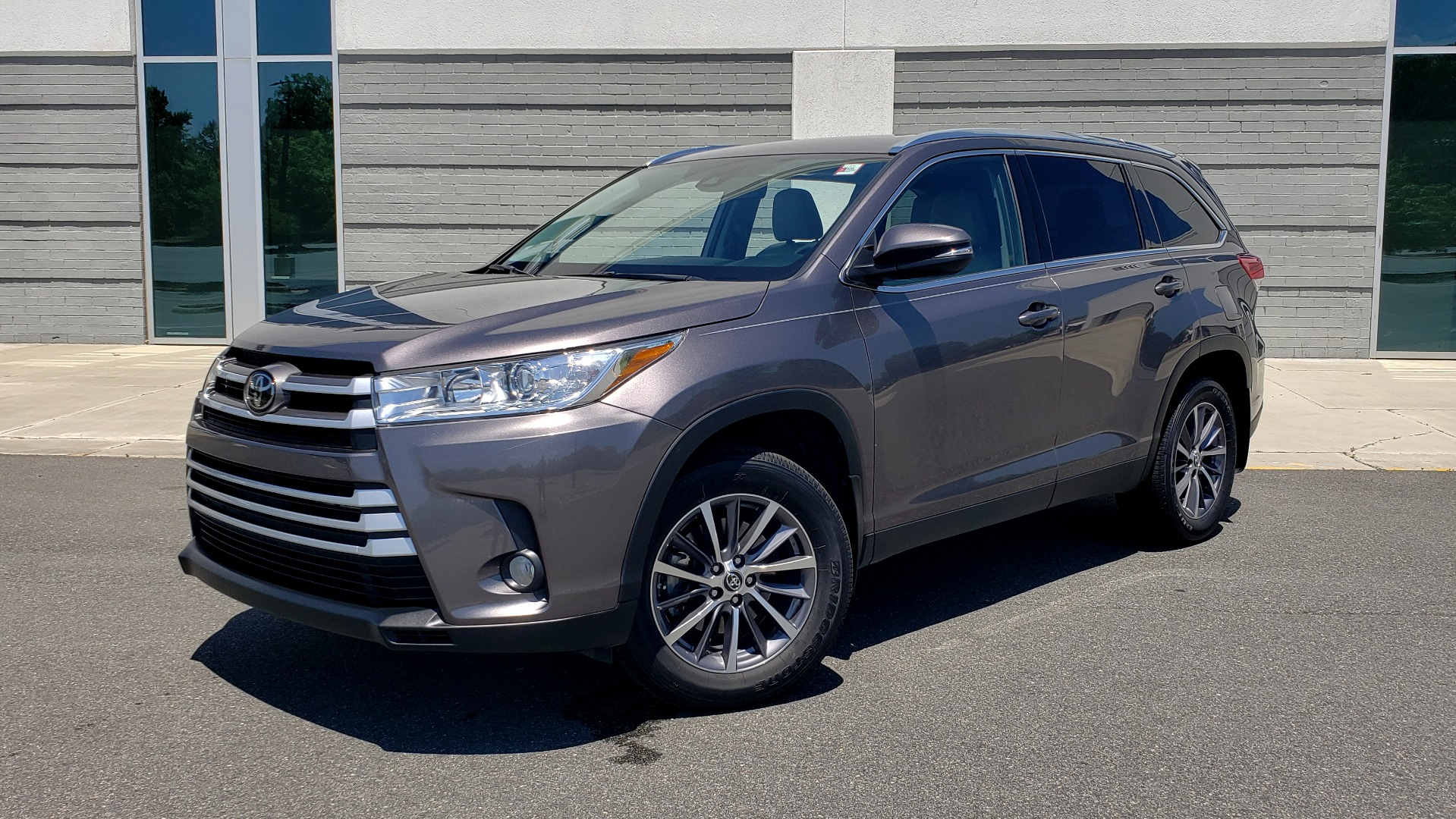 Used 2019 Toyota HIGHLANDER XLE / 3.5L V6 / AWD / LEATHER / 8-SPD AUTO / 1-OWNER for sale $37,500 at Formula Imports in Charlotte NC 28227 1