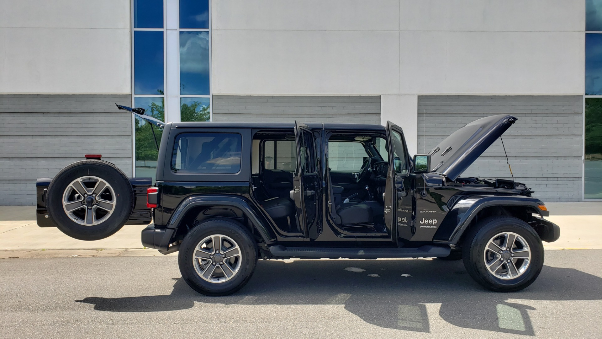 Used 2018 Jeep WRANGLER UNLIMITED SAHARA / 3.6L V6 / 6-SPD MAN / ALPINE / NAV / HTD STS / REARVIEW for sale $43,999 at Formula Imports in Charlotte NC 28227 13