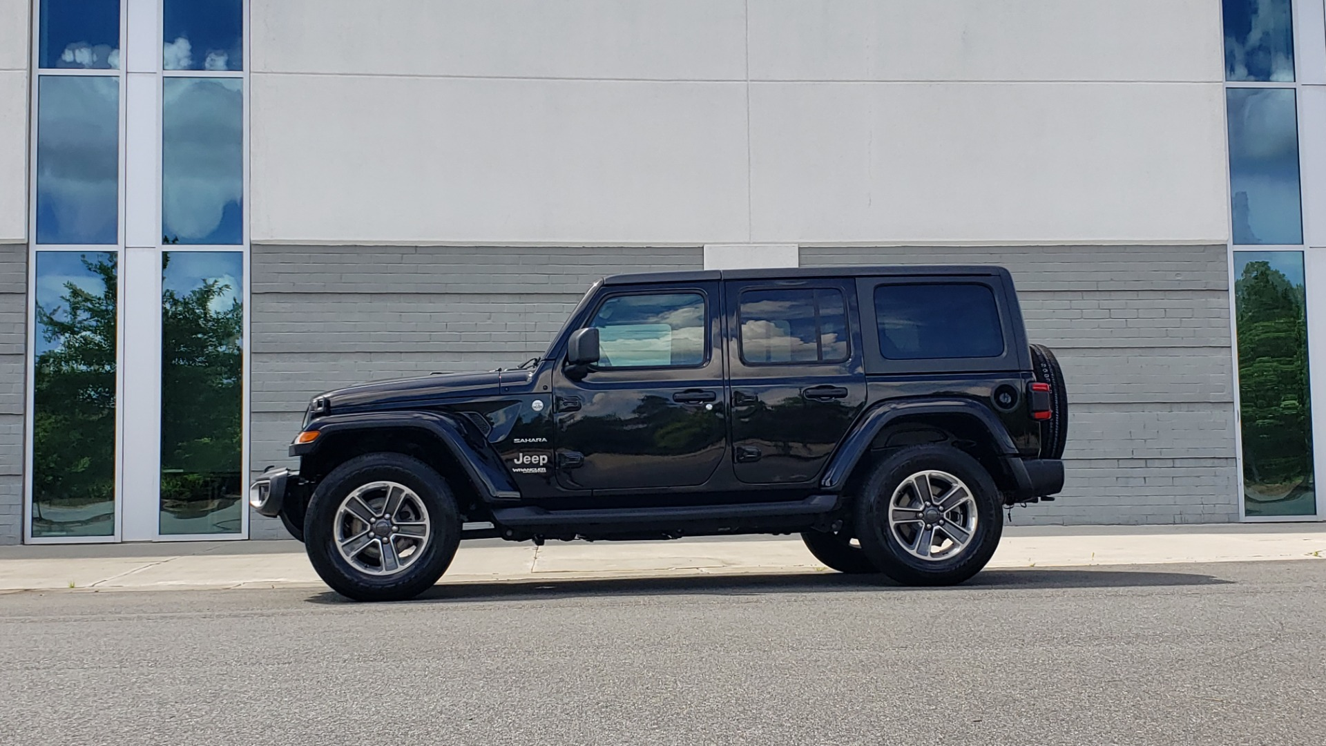 Used 2018 Jeep WRANGLER UNLIMITED SAHARA / 3.6L V6 / 6-SPD MAN / ALPINE / NAV / HTD STS / REARVIEW for sale $43,999 at Formula Imports in Charlotte NC 28227 5