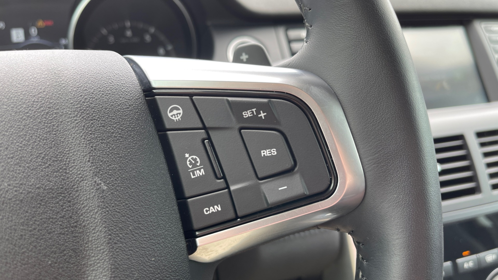 Used 2018 Land Rover DISCOVERY SPORT HSE 4WD / NAV / PANO-ROOF / MERIDIAN SND / HTD STS / LANE ASST / REARVIEW for sale $34,995 at Formula Imports in Charlotte NC 28227 40