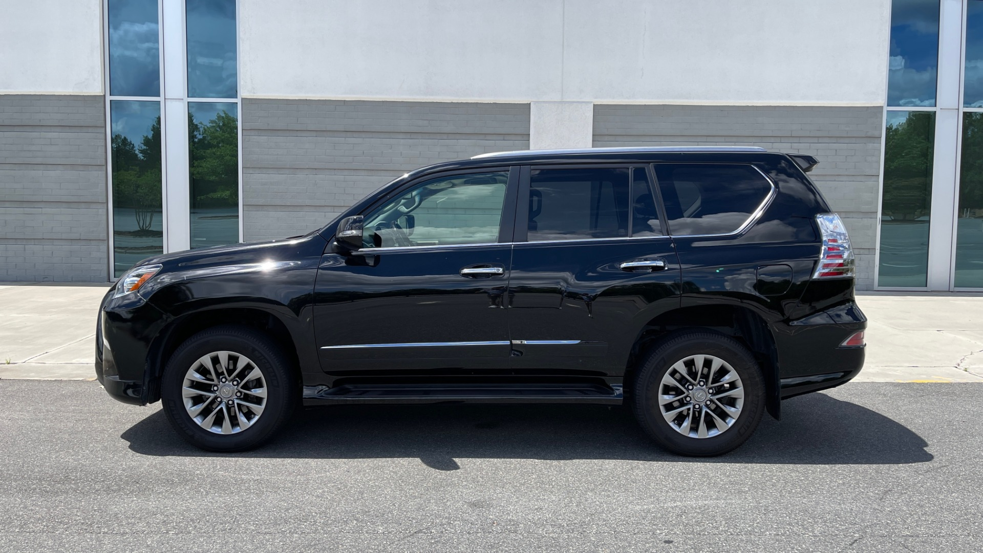Used 2017 Lexus GX GX 460 LUXURY / AWD / NAV / SUNROOF / MARK LEV SND / REARVIEW for sale $37,995 at Formula Imports in Charlotte NC 28227 3