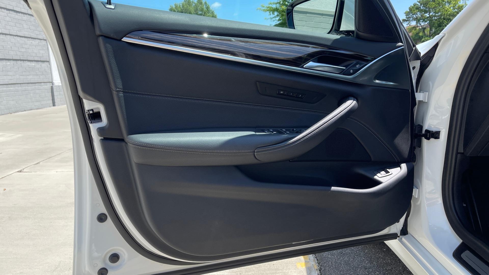 Used 2018 BMW 5 SERIES 540IXDRIVE PREMIUM / PARK ASSIST / KEYLESS ENTRY / SUNROOF / REARVIEW for sale $42,995 at Formula Imports in Charlotte NC 28227 27
