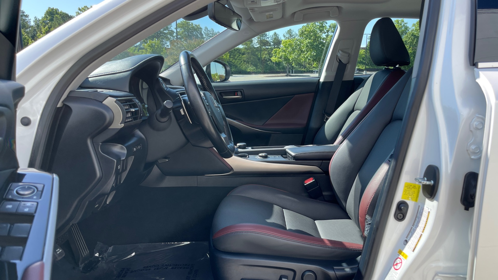 Used 2018 Lexus IS 300 / 2.0L TURBO / 8-SPD AUTO / SUNROOF / REARVIEW for sale $29,495 at Formula Imports in Charlotte NC 28227 29