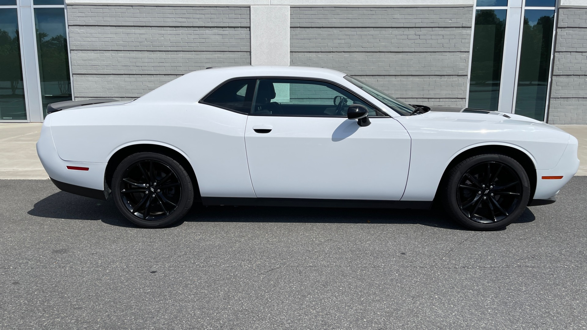 Used 2018 Dodge CHALLENGER SXT COUPE / BLACKTOP PKG / 3.6L V6 / 8-SPD AUTO / REARVIEW for sale $31,995 at Formula Imports in Charlotte NC 28227 7