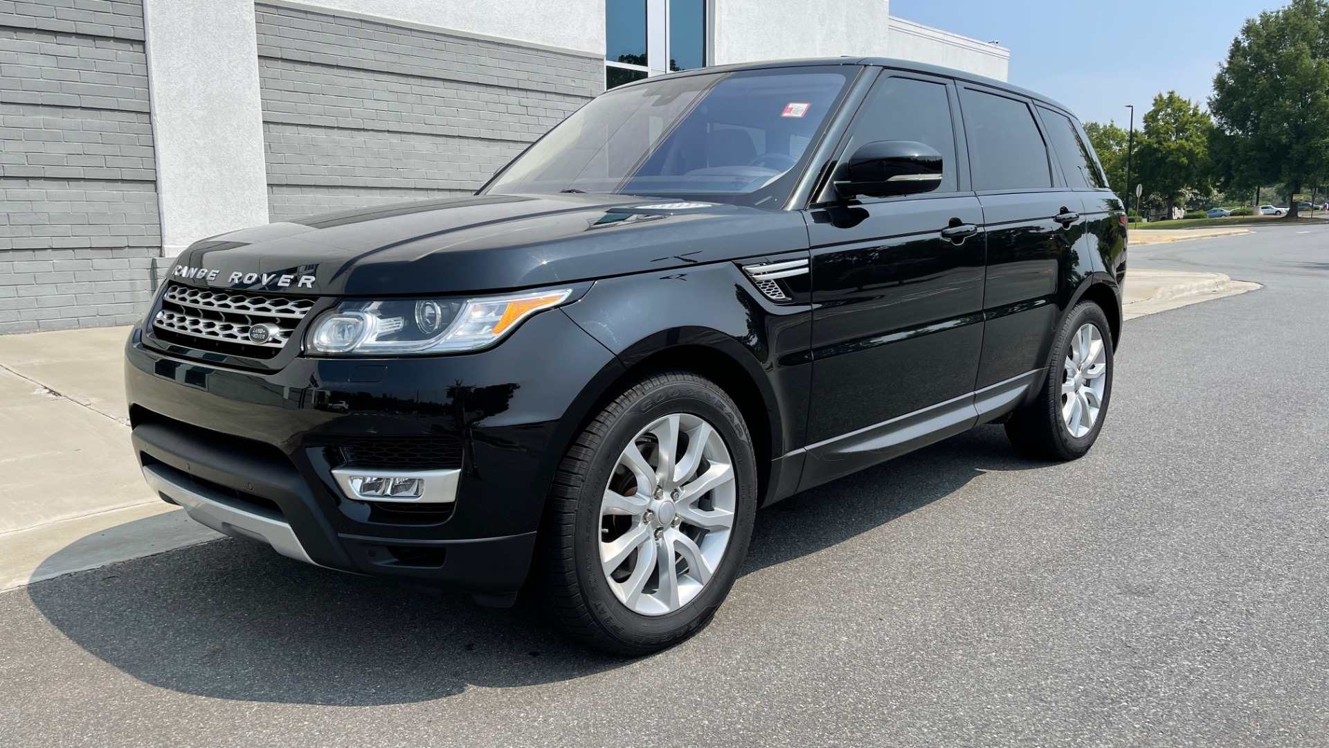 Used 2016 Land Rover RANGE ROVER SPORT V6 HSE / NAV / PANO-ROOF / MERIDIAN / CONSOLE COOLER / CAMERAS for sale $40,995 at Formula Imports in Charlotte NC 28227 3