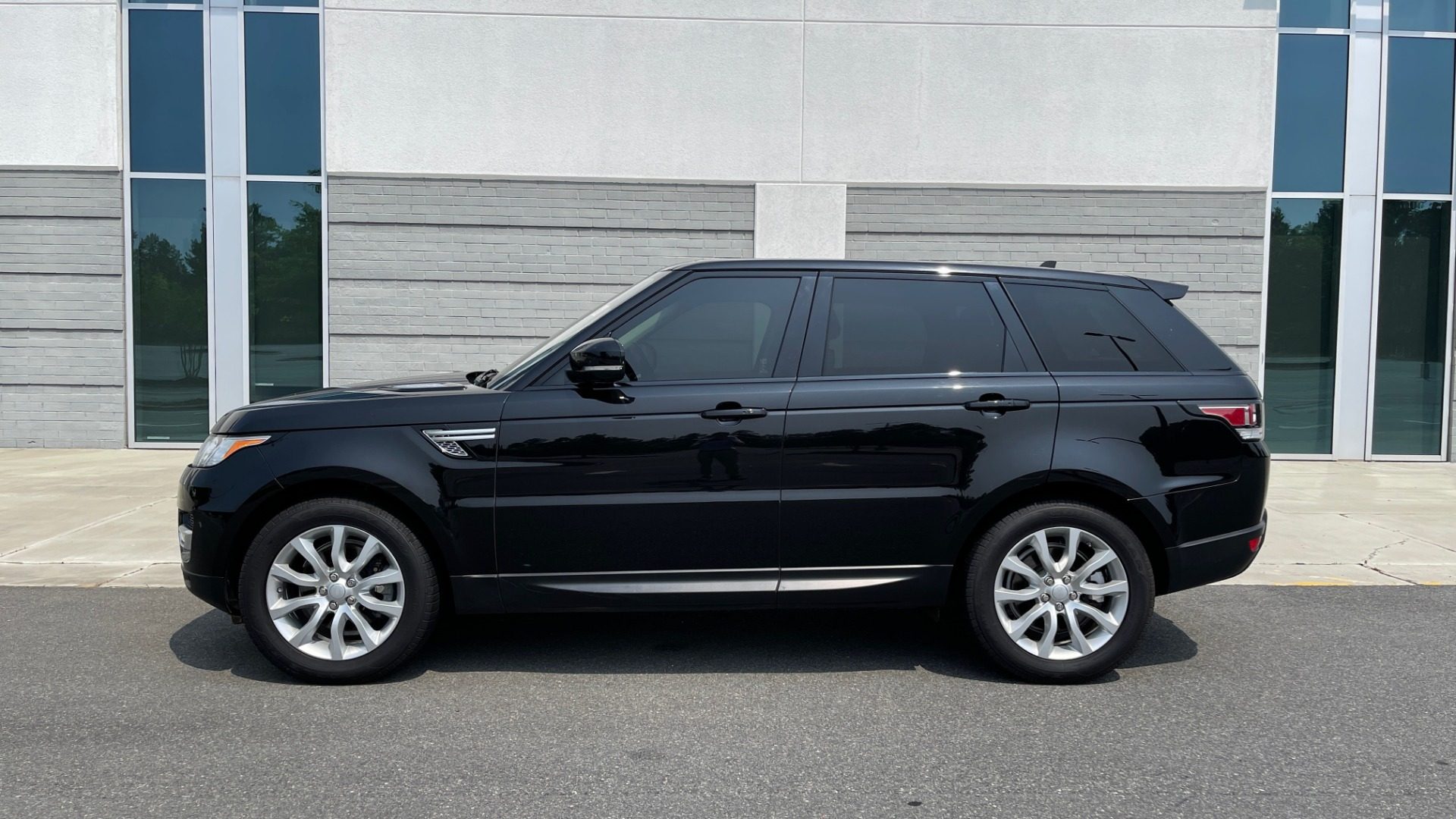 Used 2016 Land Rover RANGE ROVER SPORT V6 HSE / NAV / PANO-ROOF / MERIDIAN / CONSOLE COOLER / CAMERAS for sale $40,995 at Formula Imports in Charlotte NC 28227 4
