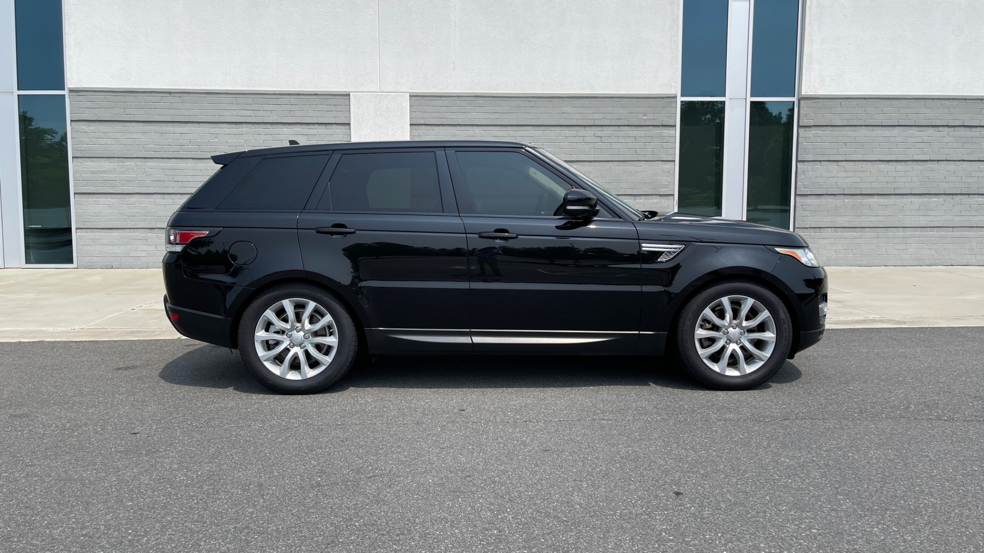 Used 2016 Land Rover RANGE ROVER SPORT V6 HSE / NAV / PANO-ROOF / MERIDIAN / CONSOLE COOLER / CAMERAS for sale $40,995 at Formula Imports in Charlotte NC 28227 6