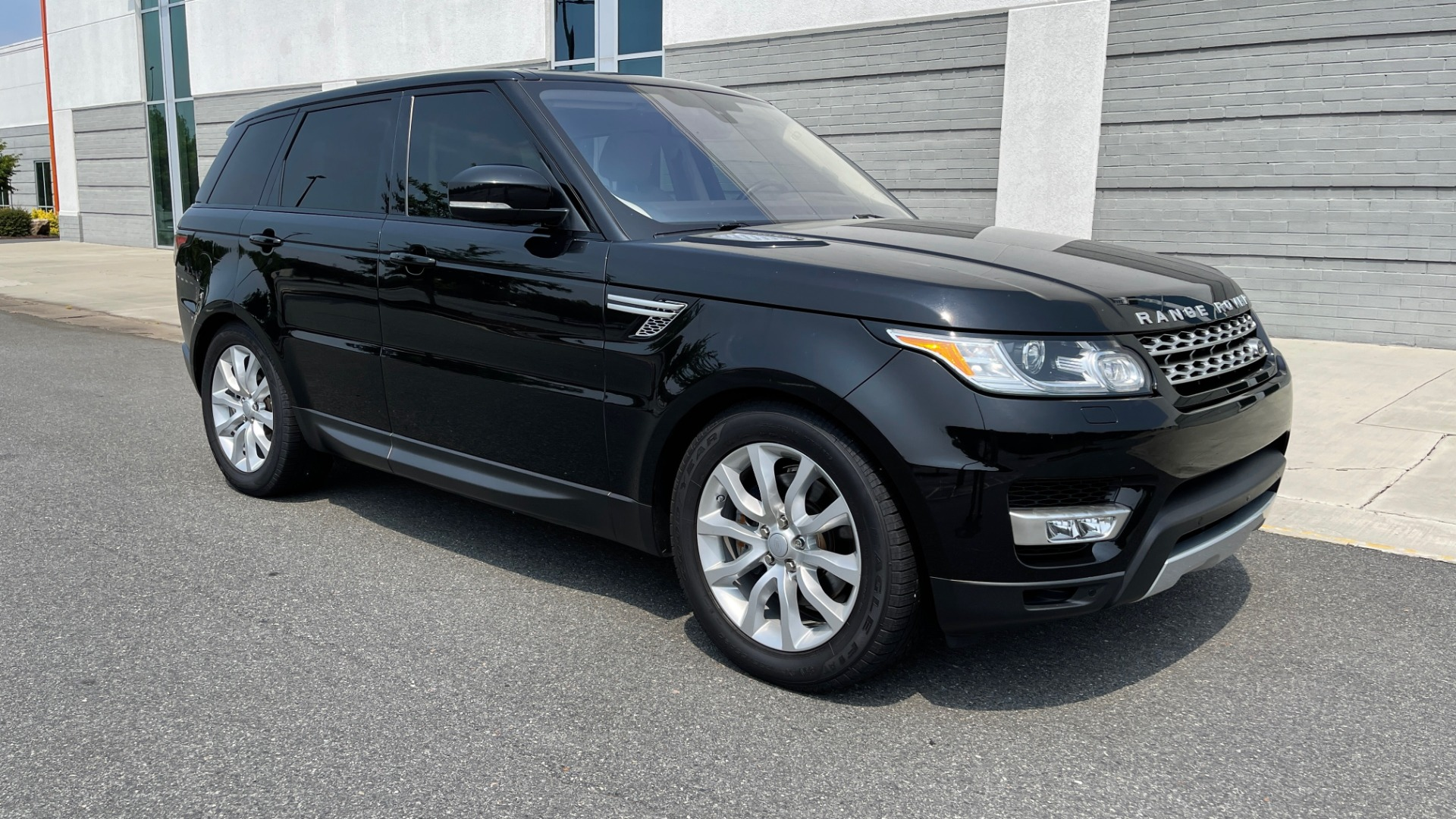 Used 2016 Land Rover RANGE ROVER SPORT V6 HSE / NAV / PANO-ROOF / MERIDIAN / CONSOLE COOLER / CAMERAS for sale $40,995 at Formula Imports in Charlotte NC 28227 7