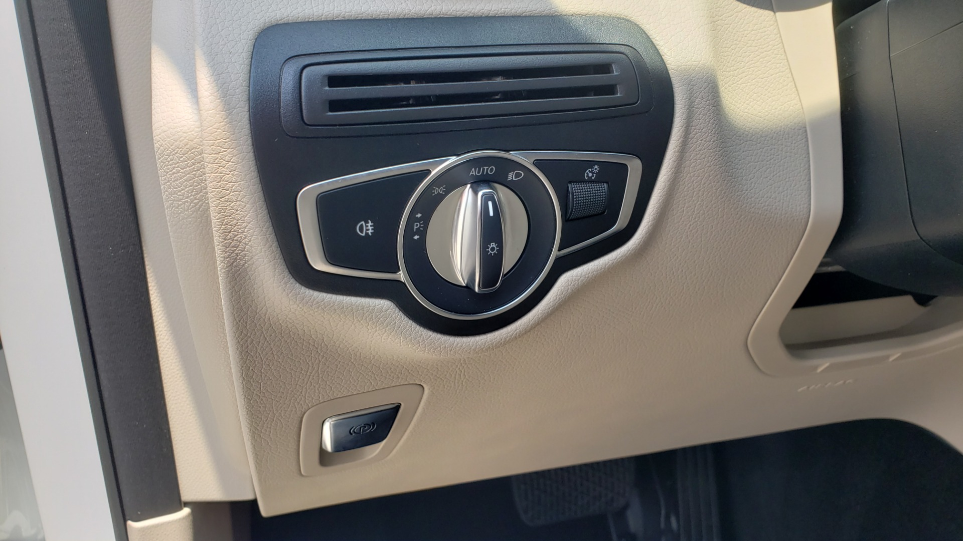 Used 2018 Mercedes-Benz GLC 300 PREMIUM 4MATIC / PANO-ROOF / BURMESTER / REARVIEW for sale $36,295 at Formula Imports in Charlotte NC 28227 40