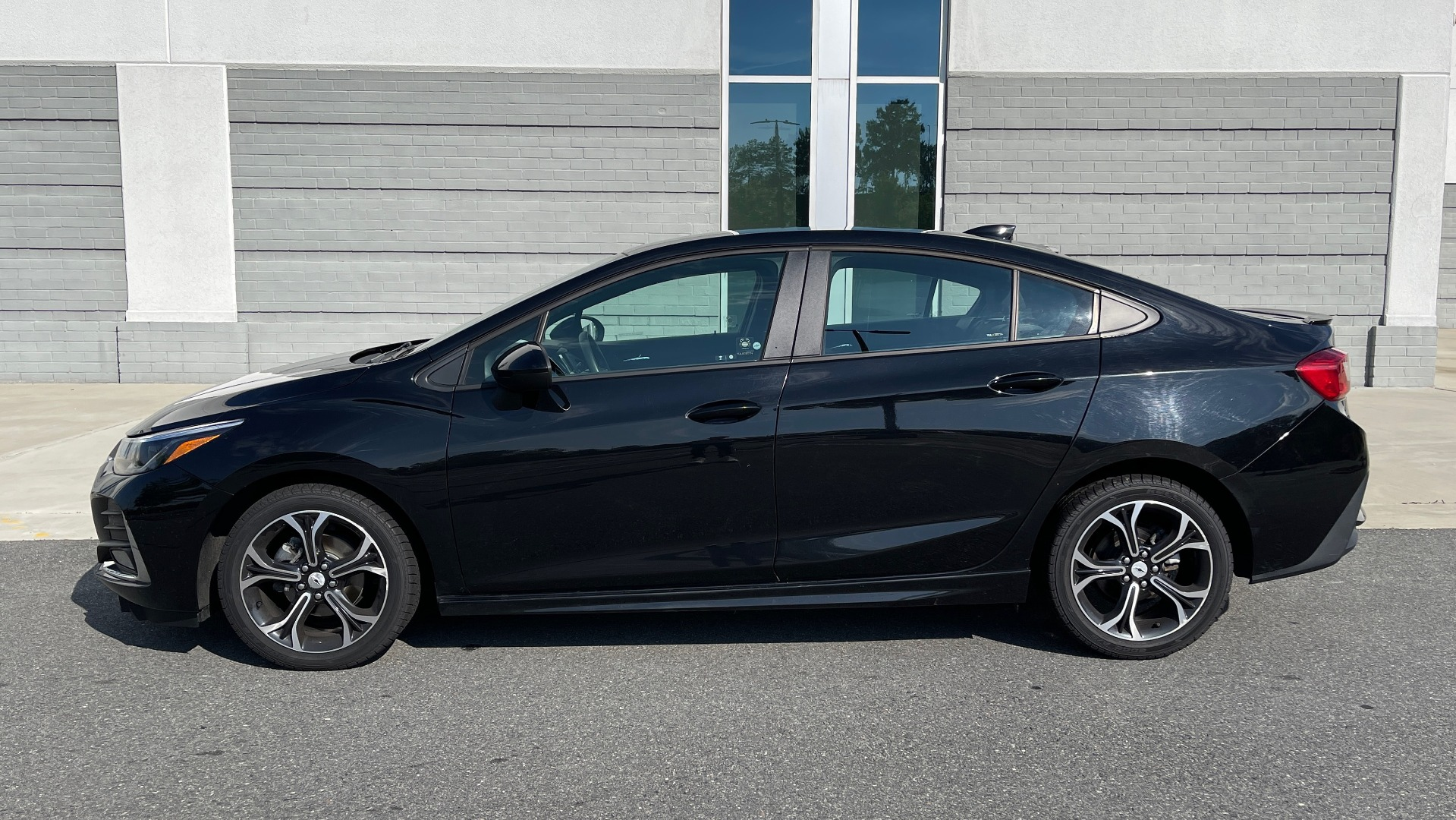 Used 2019 Chevrolet CRUZE LT / 1.4L TURBO / 6-SPD AUTO / AIR CONDITIONING / REARVIEW for sale $18,495 at Formula Imports in Charlotte NC 28227 3