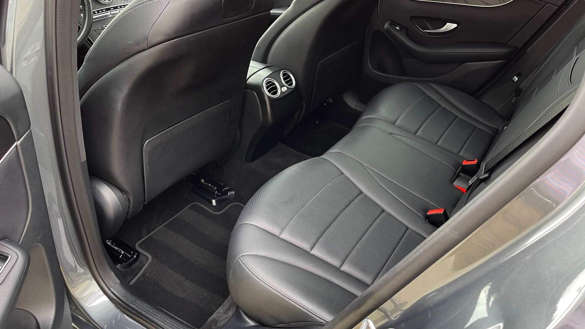 Used 2018 Mercedes-Benz GLC 300 4MATIC PREMIUM / PANO-ROOF / HTD STS / APPLE / REARVIEW for sale $34,295 at Formula Imports in Charlotte NC 28227 49