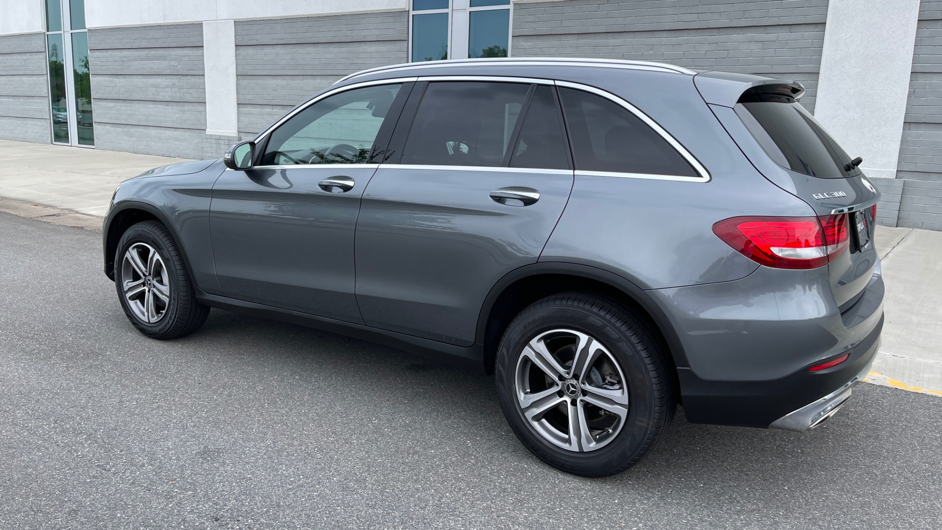 Used 2018 Mercedes-Benz GLC 300 4MATIC PREMIUM / PANO-ROOF / HTD STS / APPLE / REARVIEW for sale $34,295 at Formula Imports in Charlotte NC 28227 5