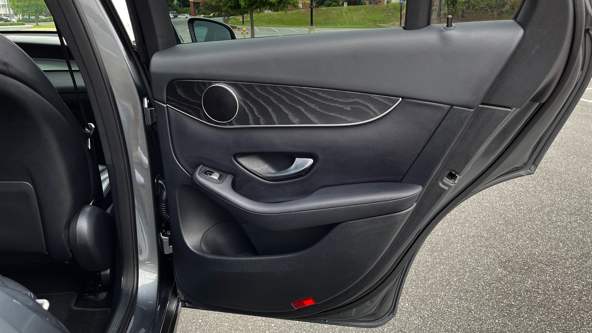 Used 2018 Mercedes-Benz GLC 300 4MATIC PREMIUM / PANO-ROOF / HTD STS / APPLE / REARVIEW for sale $34,295 at Formula Imports in Charlotte NC 28227 54