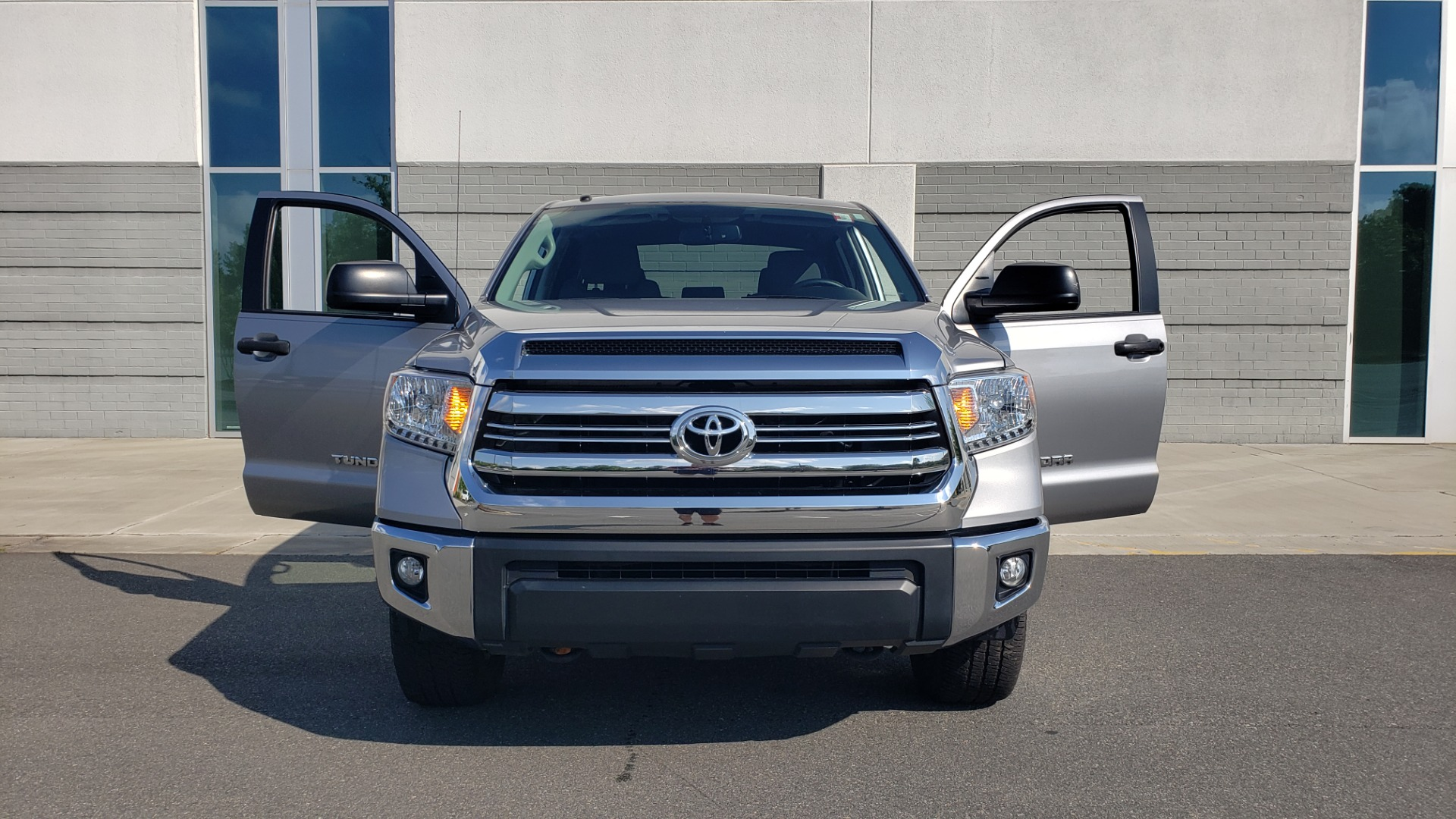 Used 2017 Toyota TUNDRA 4WD SR5 CREWMAX / 5.7L V8 / 6-SPD AUTO / NAV / REARVIEW for sale $44,395 at Formula Imports in Charlotte NC 28227 22