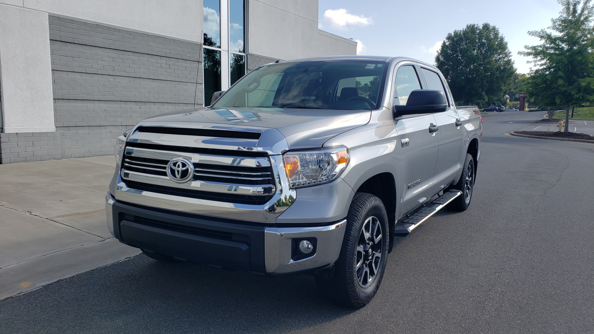 Used 2017 Toyota TUNDRA 4WD SR5 CREWMAX / 5.7L V8 / 6-SPD AUTO / NAV / REARVIEW for sale $44,395 at Formula Imports in Charlotte NC 28227 3