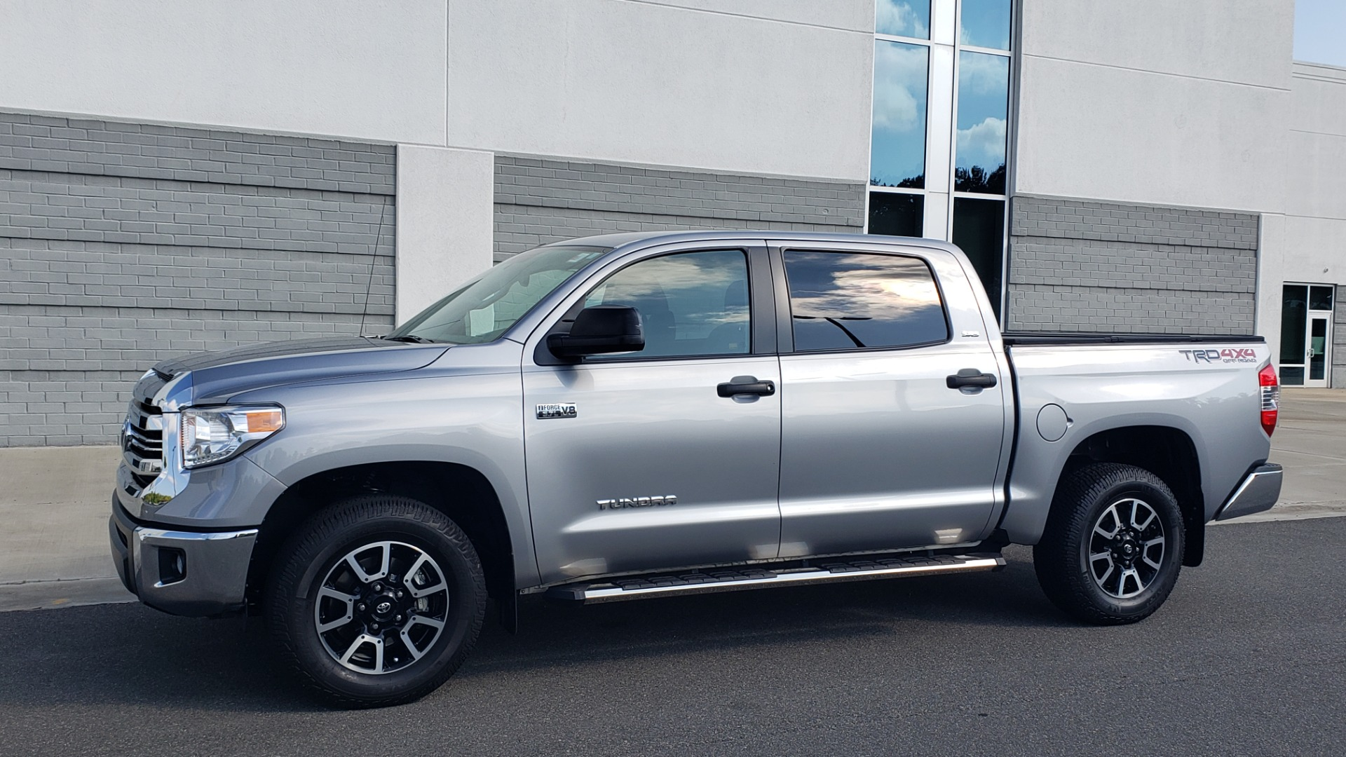 Used 2017 Toyota TUNDRA 4WD SR5 CREWMAX / 5.7L V8 / 6-SPD AUTO / NAV / REARVIEW for sale $44,395 at Formula Imports in Charlotte NC 28227 4