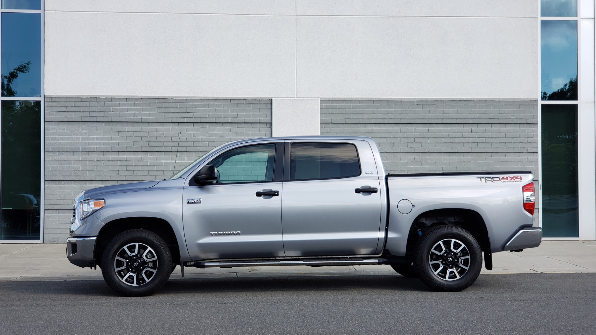 Used 2017 Toyota TUNDRA 4WD SR5 CREWMAX / 5.7L V8 / 6-SPD AUTO / NAV / REARVIEW for sale $44,395 at Formula Imports in Charlotte NC 28227 5