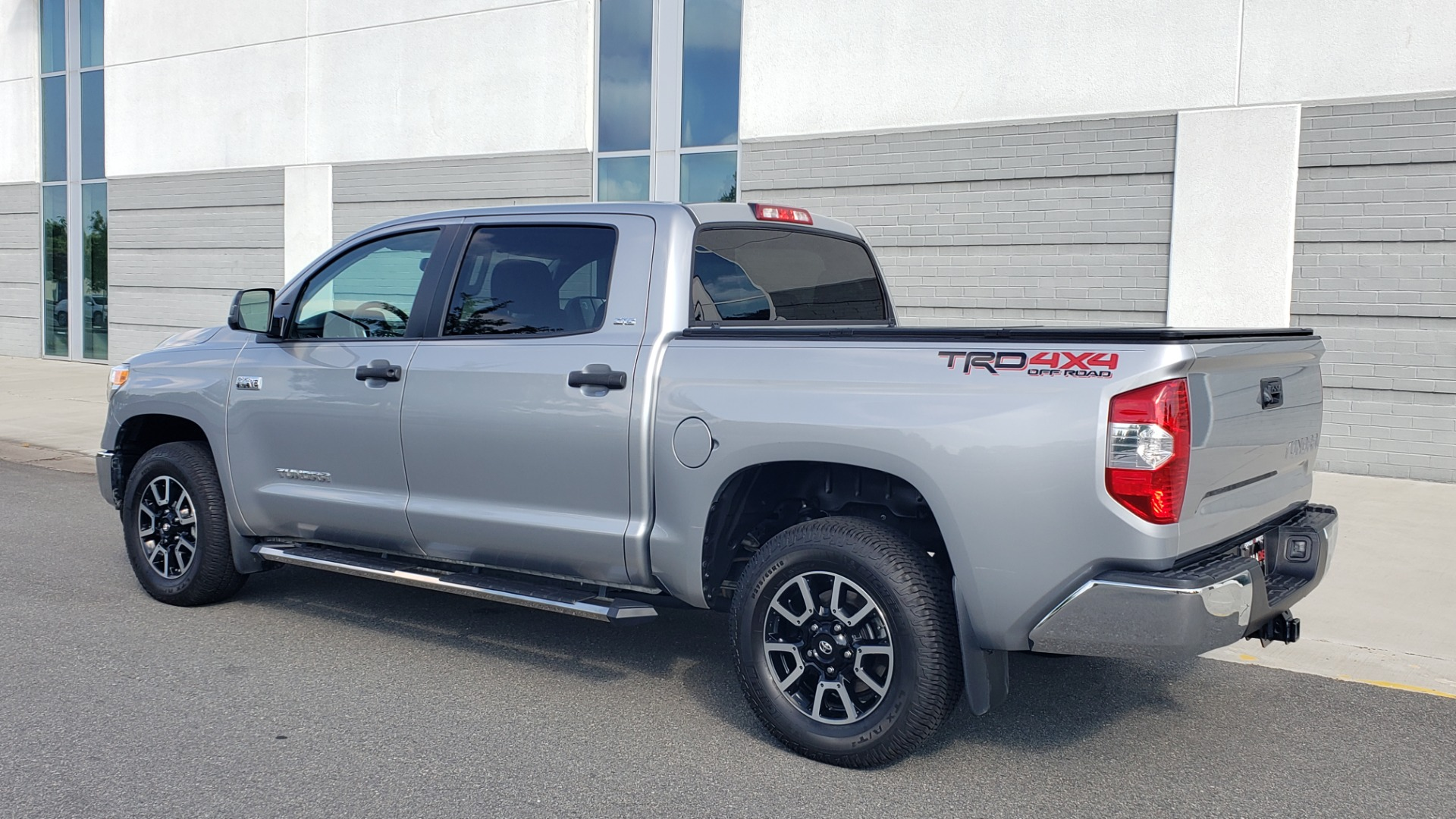 Used 2017 Toyota TUNDRA 4WD SR5 CREWMAX / 5.7L V8 / 6-SPD AUTO / NAV / REARVIEW for sale $44,395 at Formula Imports in Charlotte NC 28227 6