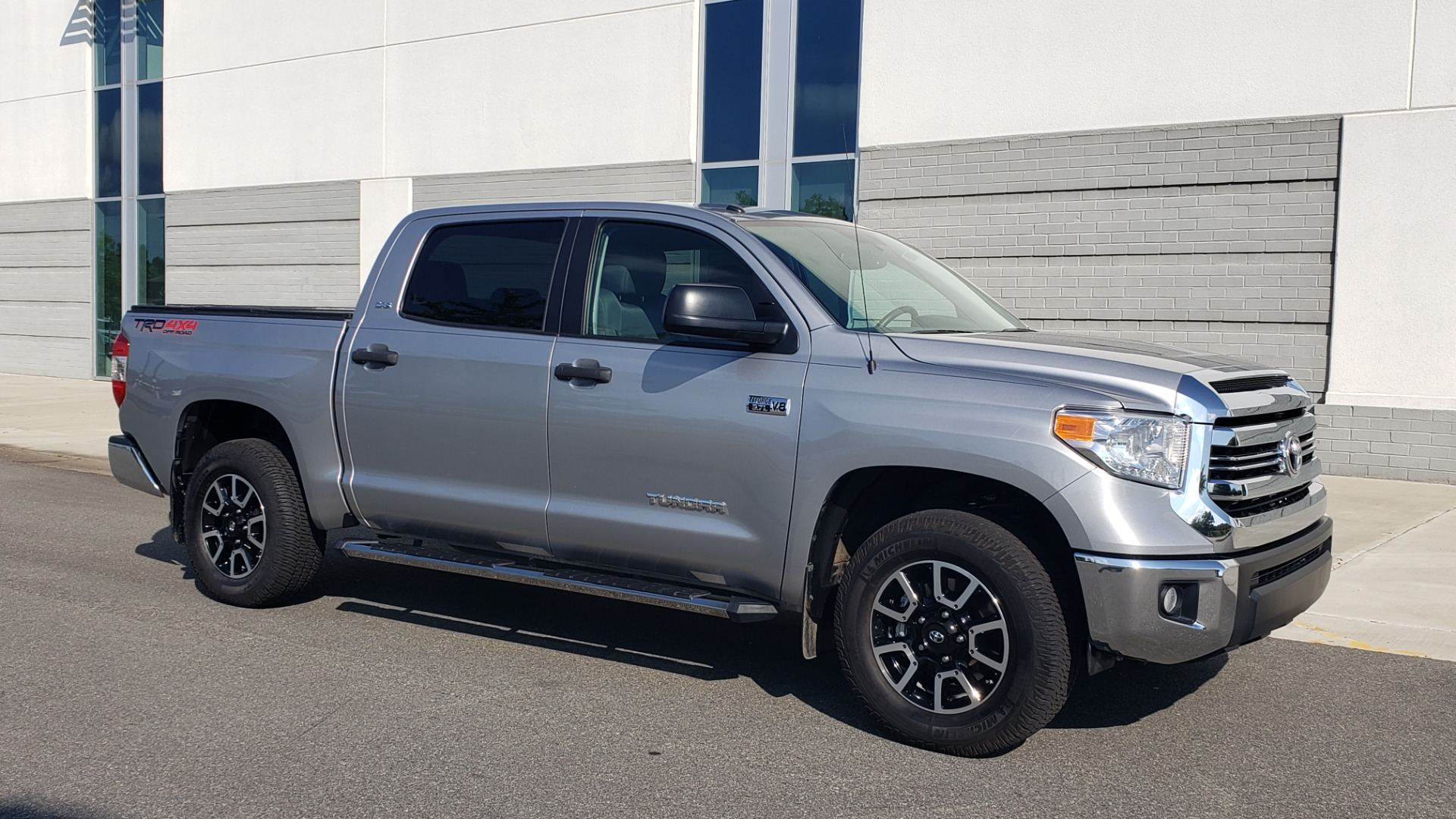 Used 2017 Toyota TUNDRA 4WD SR5 CREWMAX / 5.7L V8 / 6-SPD AUTO / NAV / REARVIEW for sale $44,395 at Formula Imports in Charlotte NC 28227 7
