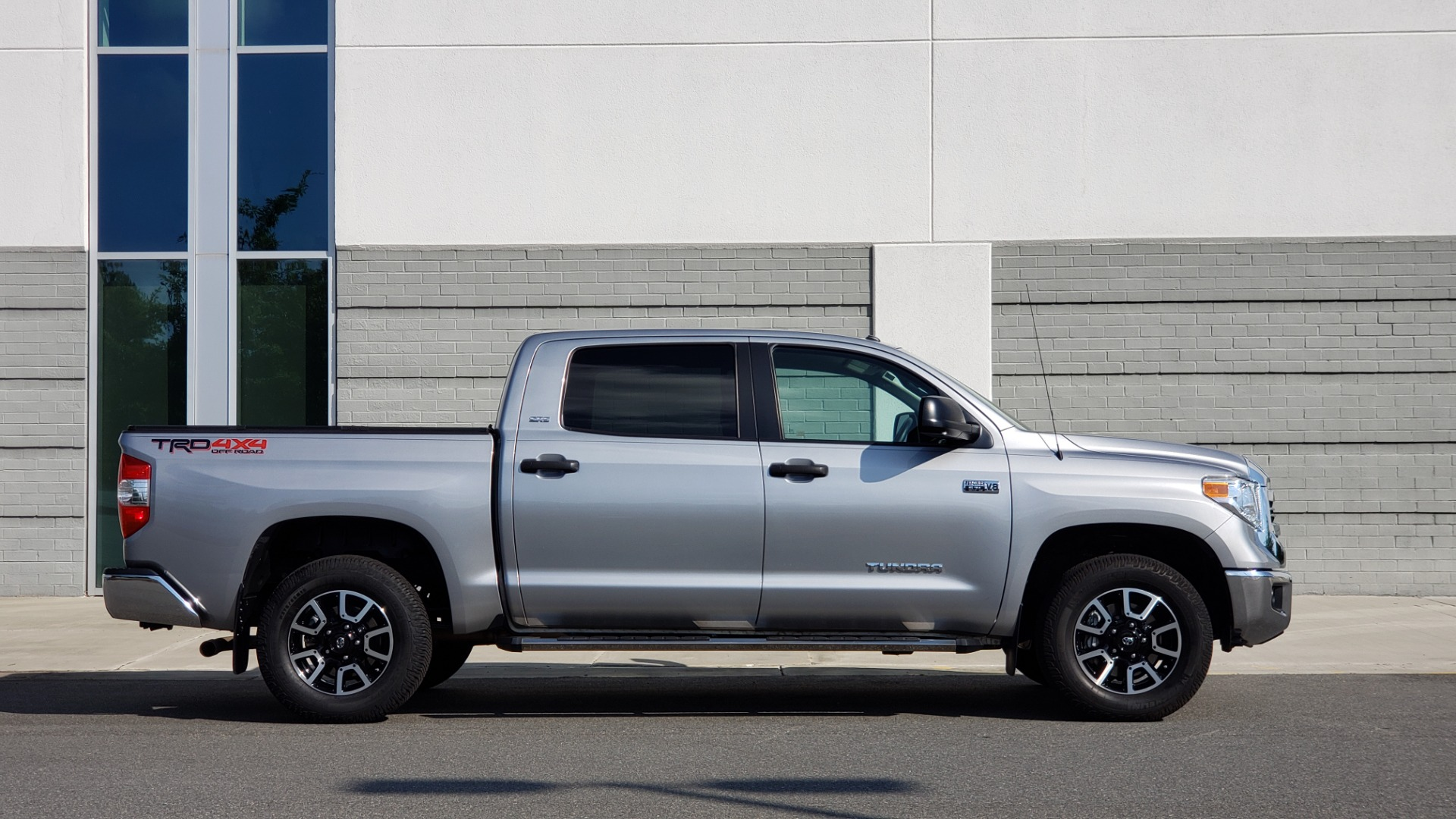 Used 2017 Toyota TUNDRA 4WD SR5 CREWMAX / 5.7L V8 / 6-SPD AUTO / NAV / REARVIEW for sale $44,395 at Formula Imports in Charlotte NC 28227 8