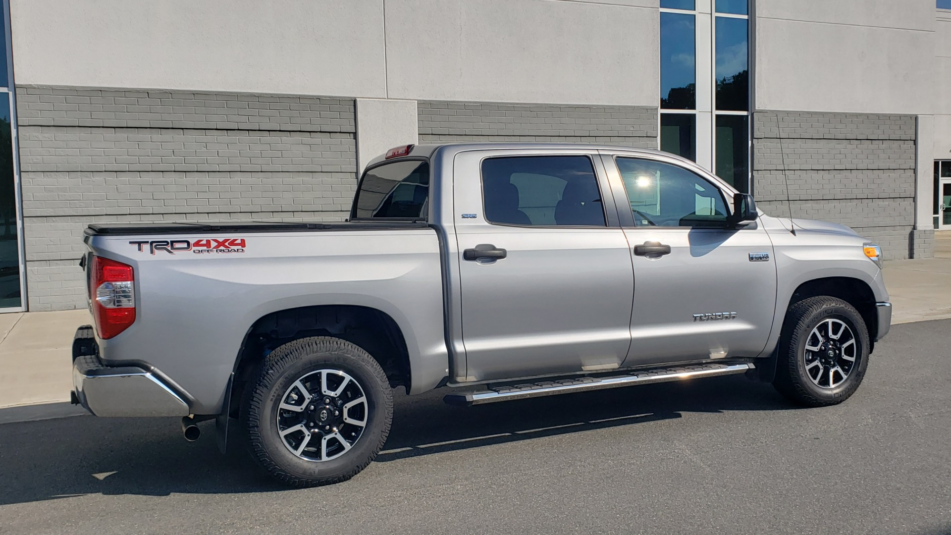 Used 2017 Toyota TUNDRA 4WD SR5 CREWMAX / 5.7L V8 / 6-SPD AUTO / NAV / REARVIEW for sale $44,395 at Formula Imports in Charlotte NC 28227 9