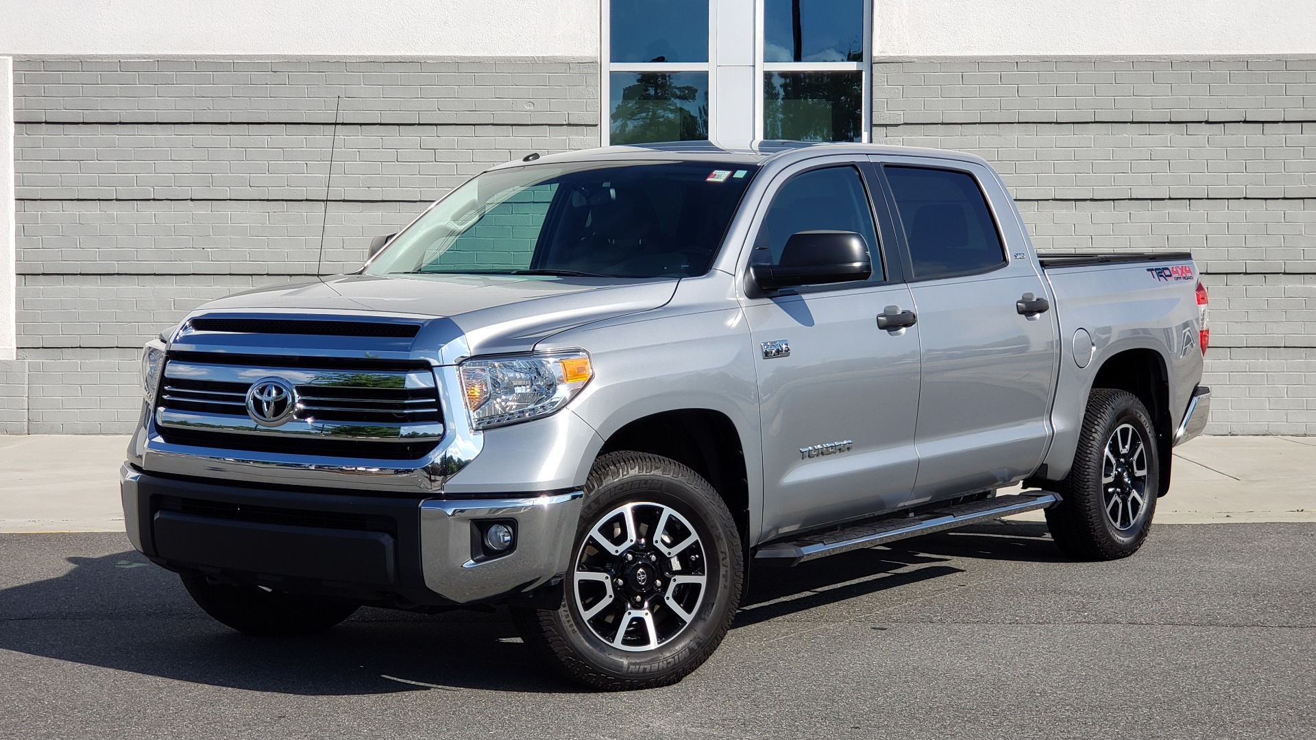 Used 2017 Toyota TUNDRA 4WD SR5 CREWMAX / 5.7L V8 / 6-SPD AUTO / NAV / REARVIEW for sale $44,395 at Formula Imports in Charlotte NC 28227 1