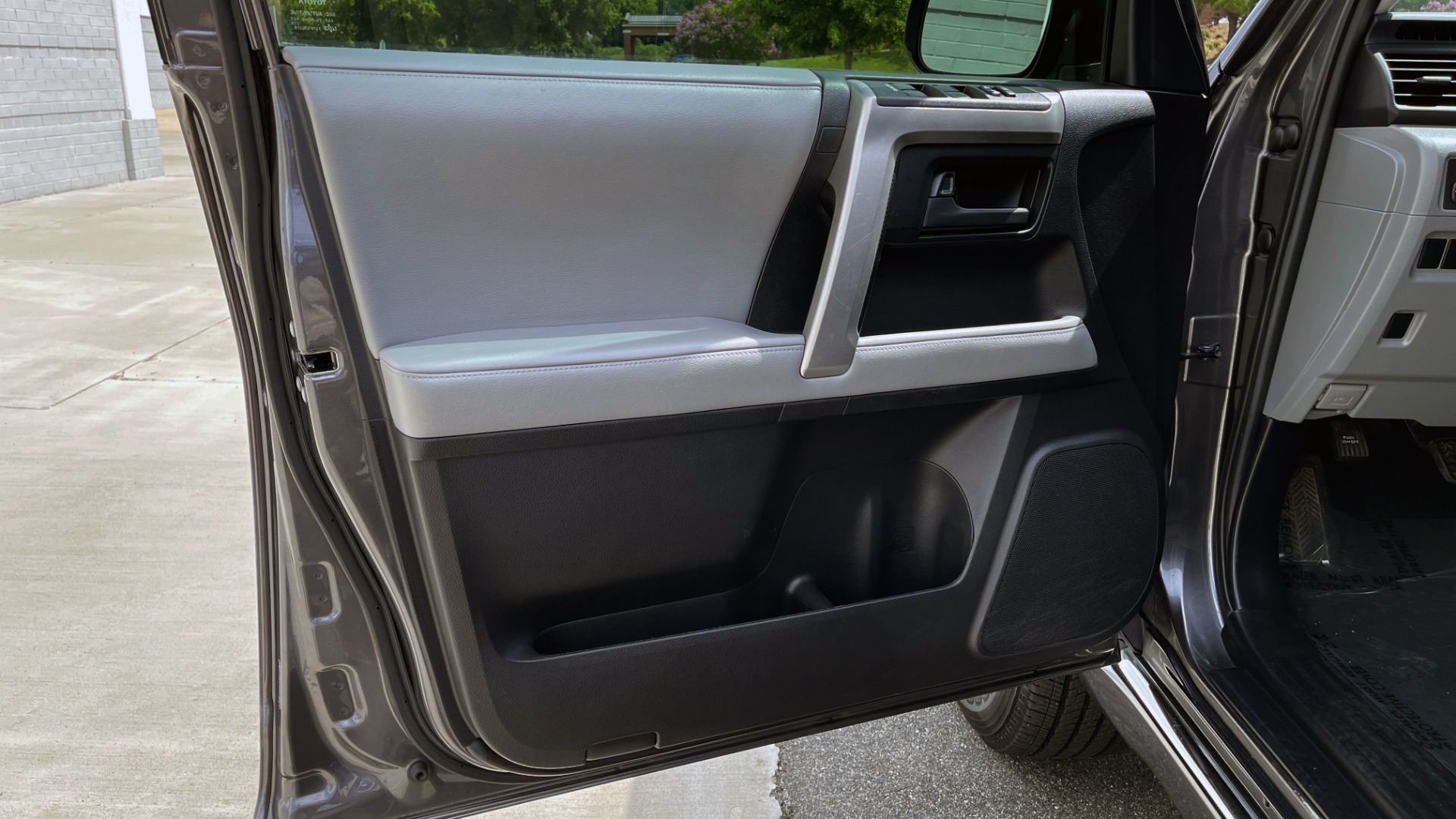 Used 2011 Toyota 4RUNNER SR5 4X4 V6 / 5-SPD AUTO / SUNROOF / POWER FRONT SEATS for sale $19,999 at Formula Imports in Charlotte NC 28227 23