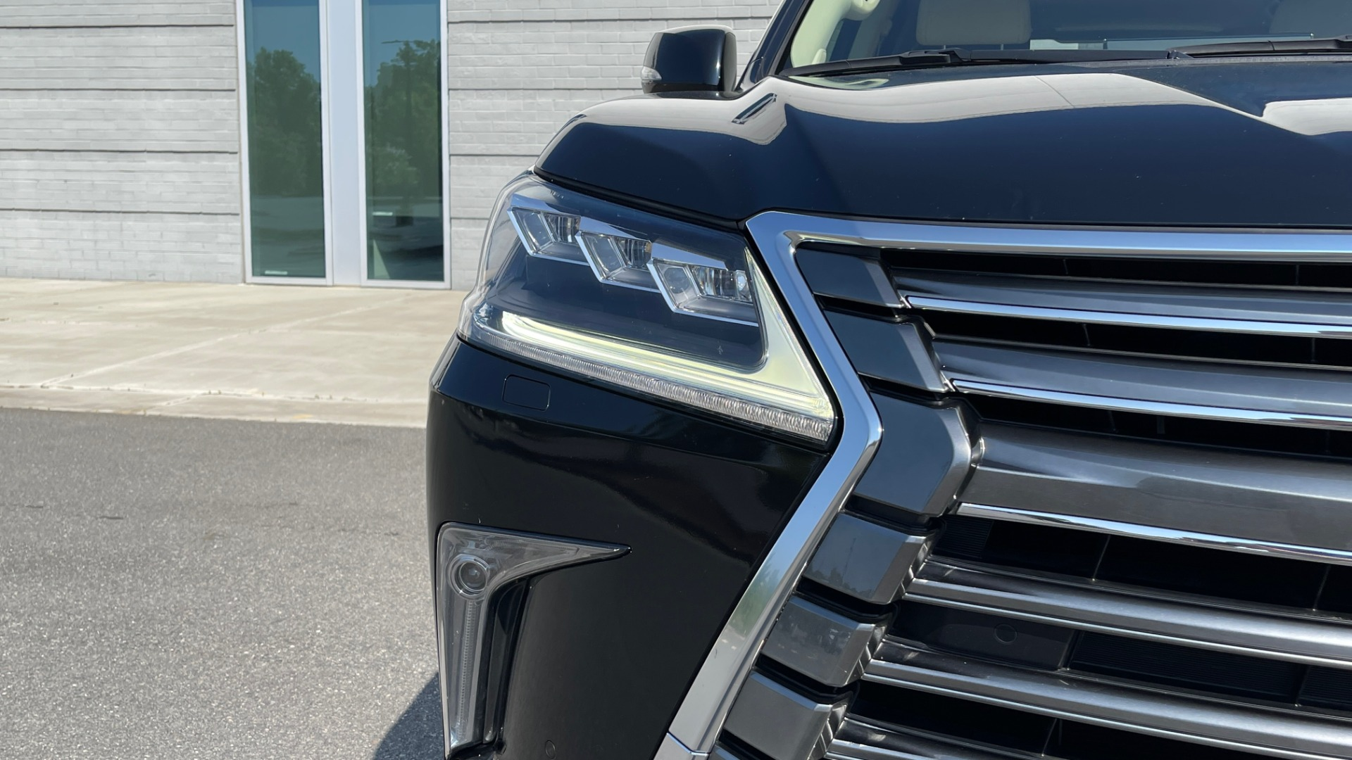 Used 2017 Lexus LX 570 LUXURY / 5.7L V8 / NAV / SUNROOF / 3-ROW / DVD / REARVIEW for sale $63,995 at Formula Imports in Charlotte NC 28227 10