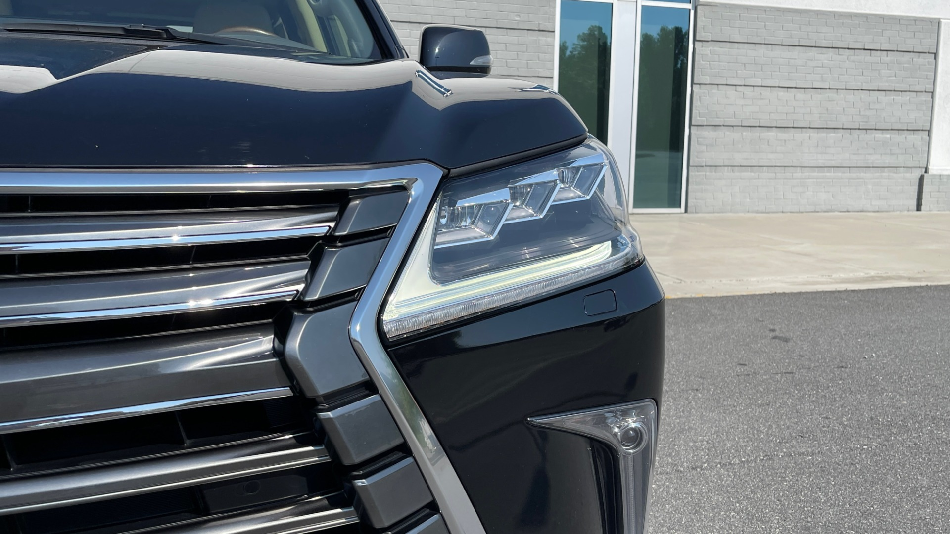 Used 2017 Lexus LX 570 LUXURY / 5.7L V8 / NAV / SUNROOF / 3-ROW / DVD / REARVIEW for sale $63,995 at Formula Imports in Charlotte NC 28227 11