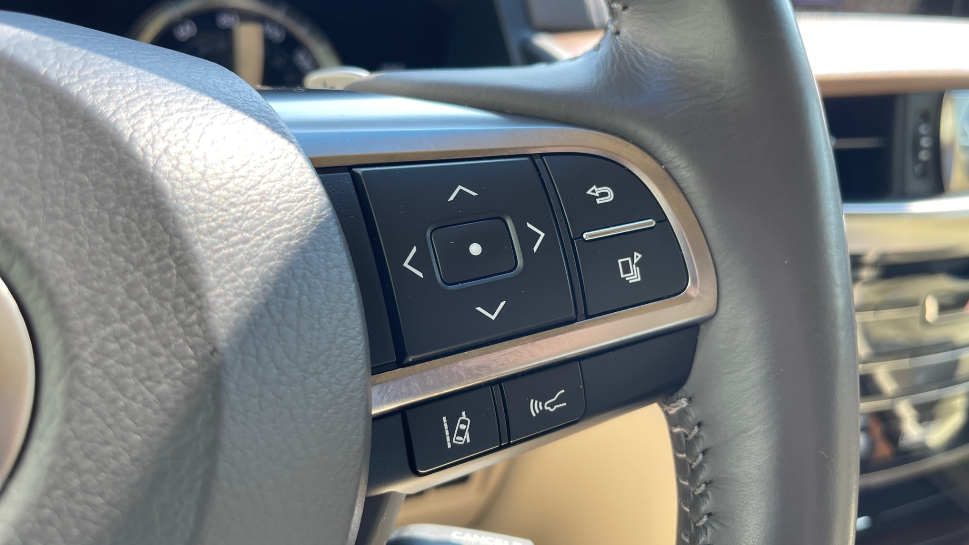 Used 2017 Lexus LX 570 LUXURY / 5.7L V8 / NAV / SUNROOF / 3-ROW / DVD / REARVIEW for sale $63,995 at Formula Imports in Charlotte NC 28227 31
