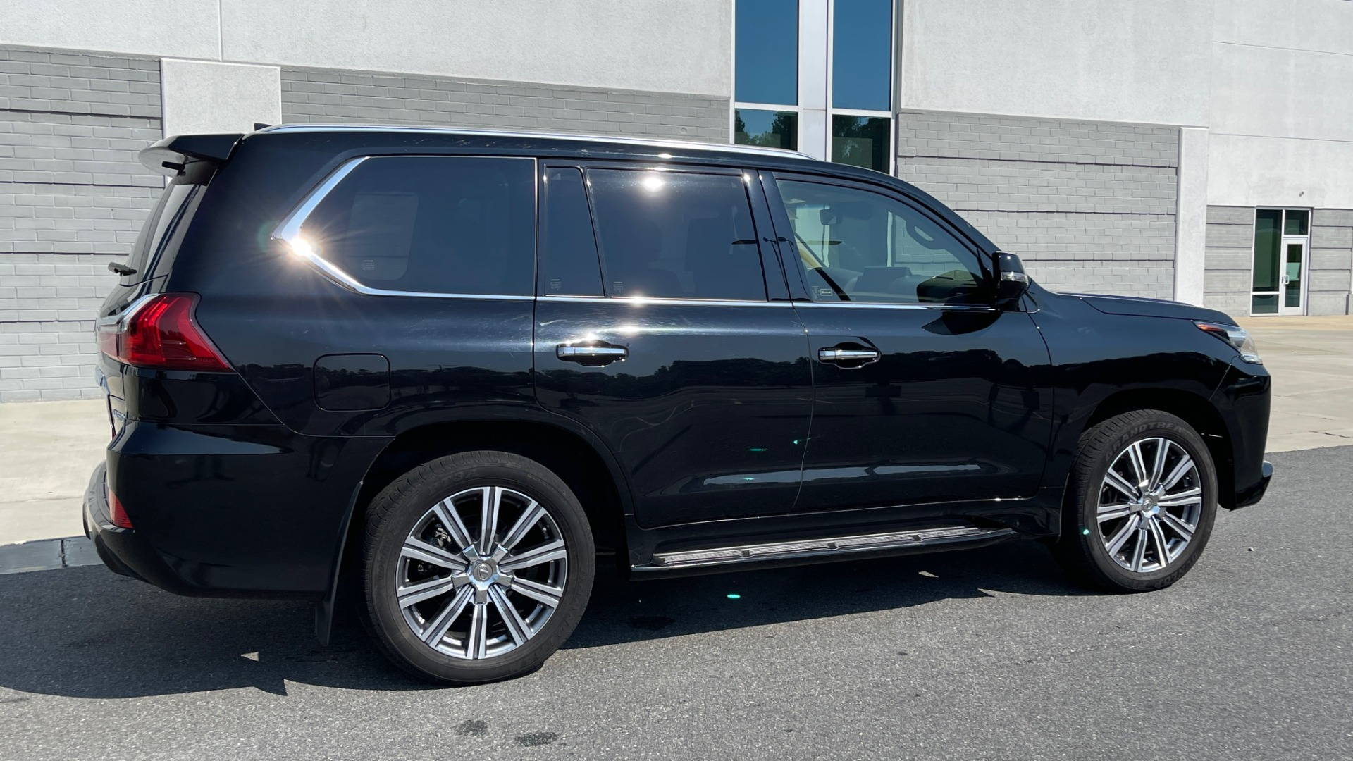 Used 2017 Lexus LX 570 LUXURY / 5.7L V8 / NAV / SUNROOF / 3-ROW / DVD / REARVIEW for sale $63,995 at Formula Imports in Charlotte NC 28227 5