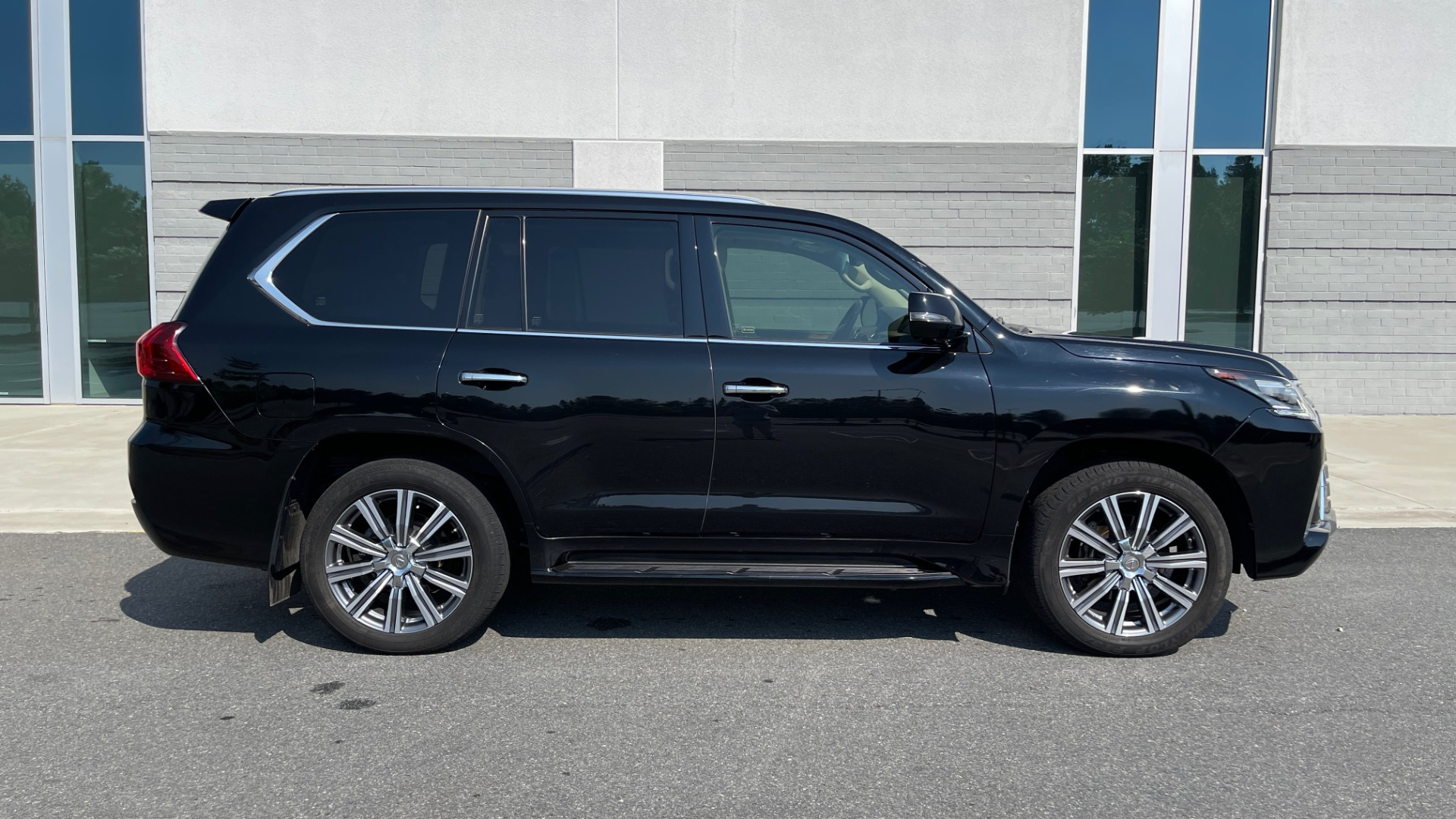 Used 2017 Lexus LX 570 LUXURY / 5.7L V8 / NAV / SUNROOF / 3-ROW / DVD / REARVIEW for sale $63,995 at Formula Imports in Charlotte NC 28227 6