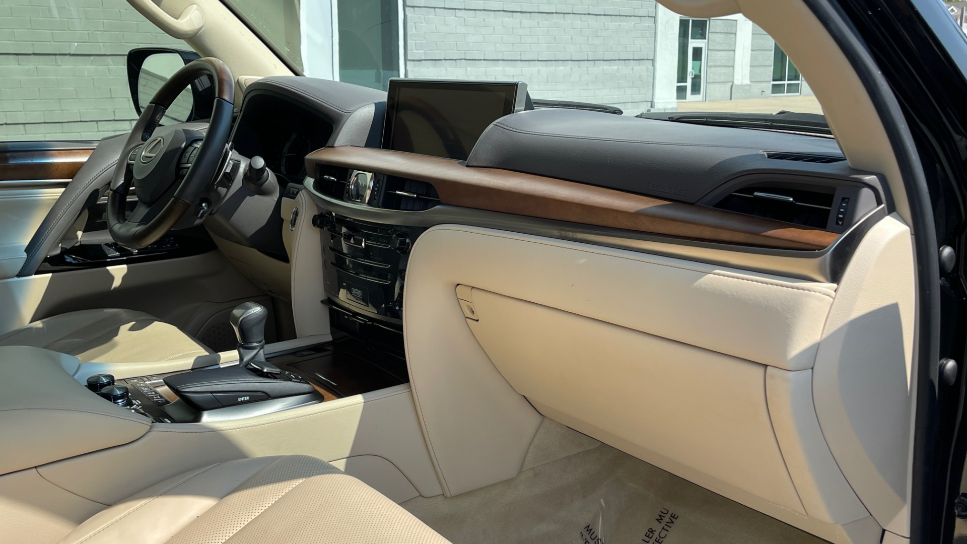 Used 2017 Lexus LX 570 LUXURY / 5.7L V8 / NAV / SUNROOF / 3-ROW / DVD / REARVIEW for sale $63,995 at Formula Imports in Charlotte NC 28227 73