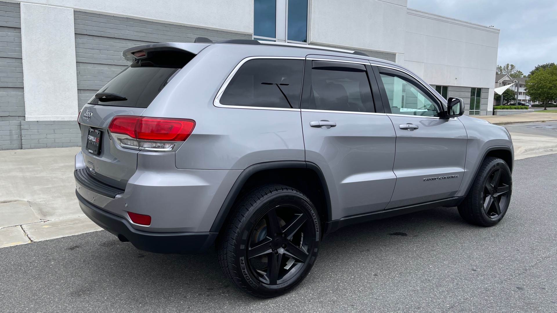 Used 2017 Jeep GRAND CHEROKEE LAREDO E 4X4 / KEYLESS-GO / 8.4IN TOUCH SCREEN / REARVIEW for sale $27,595 at Formula Imports in Charlotte NC 28227 2