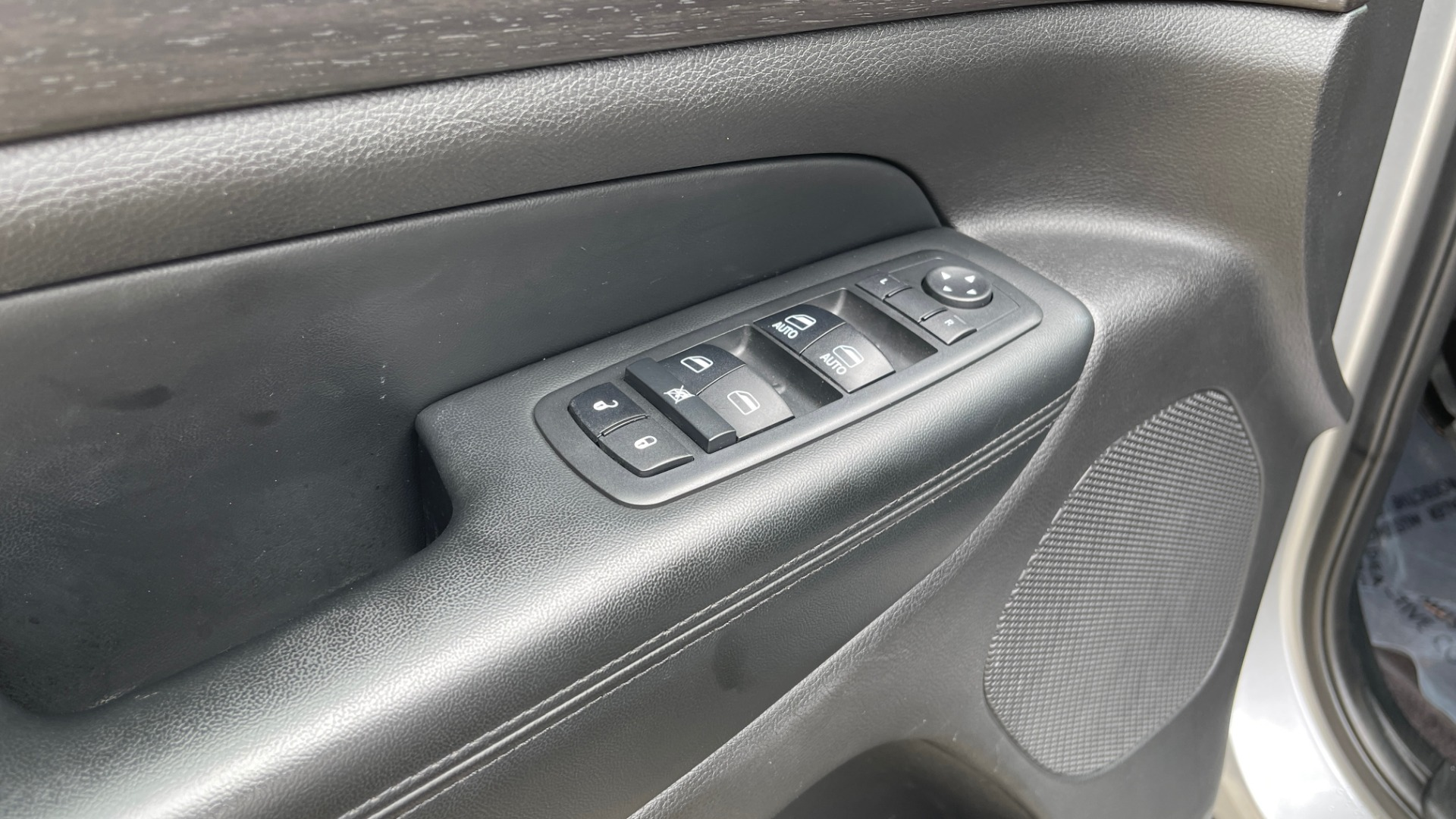 Used 2017 Jeep GRAND CHEROKEE LAREDO E 4X4 / KEYLESS-GO / 8.4IN TOUCH SCREEN / REARVIEW for sale $27,595 at Formula Imports in Charlotte NC 28227 24