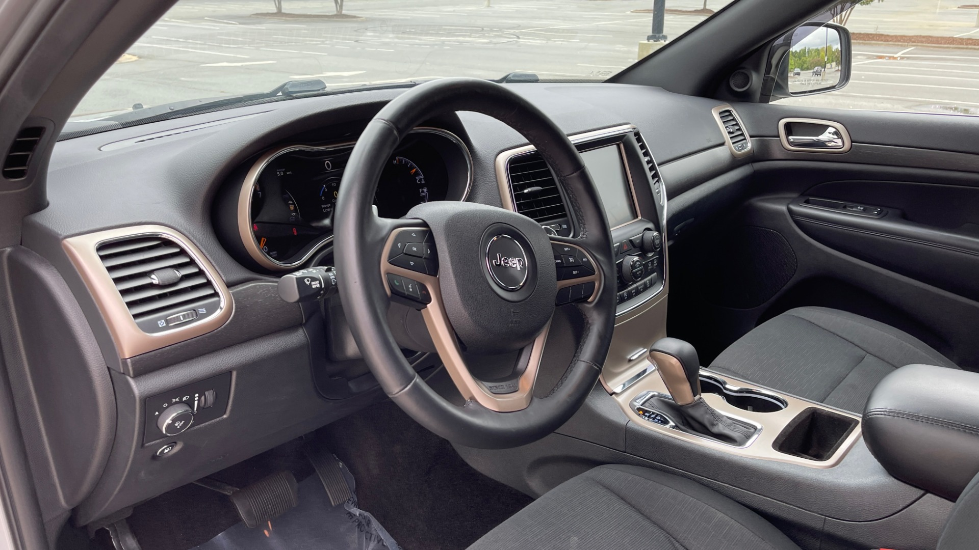 Used 2017 Jeep GRAND CHEROKEE LAREDO E 4X4 / KEYLESS-GO / 8.4IN TOUCH SCREEN / REARVIEW for sale $27,595 at Formula Imports in Charlotte NC 28227 25