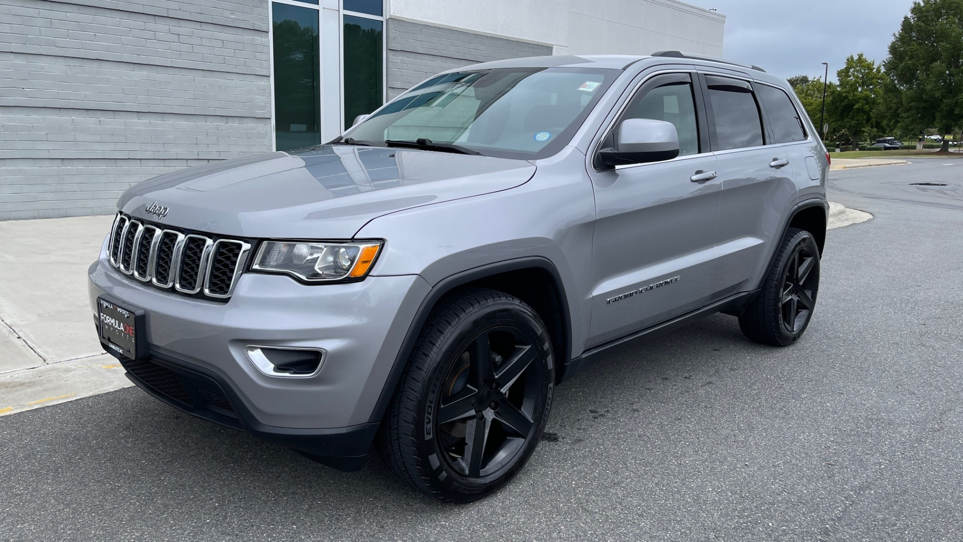 Used 2017 Jeep GRAND CHEROKEE LAREDO E 4X4 / KEYLESS-GO / 8.4IN TOUCH SCREEN / REARVIEW for sale $27,595 at Formula Imports in Charlotte NC 28227 3