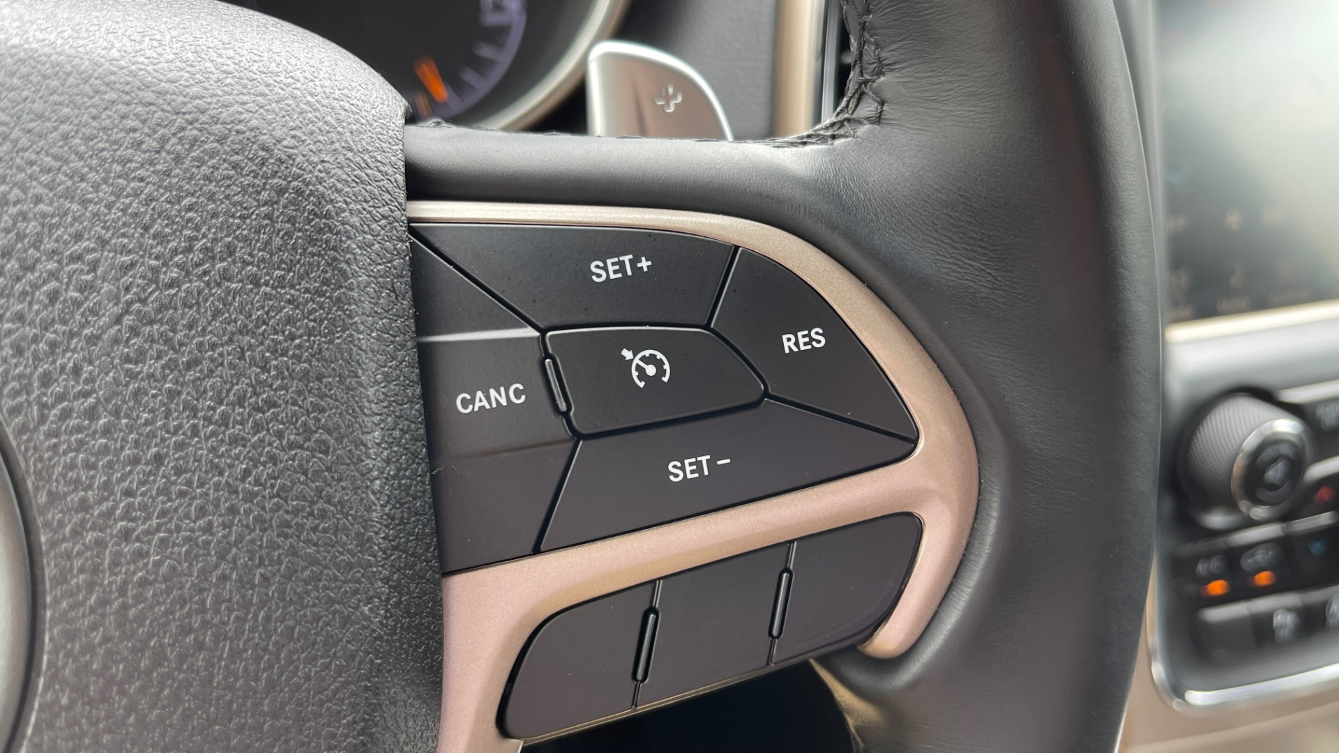Used 2017 Jeep GRAND CHEROKEE LAREDO E 4X4 / KEYLESS-GO / 8.4IN TOUCH SCREEN / REARVIEW for sale $27,595 at Formula Imports in Charlotte NC 28227 31