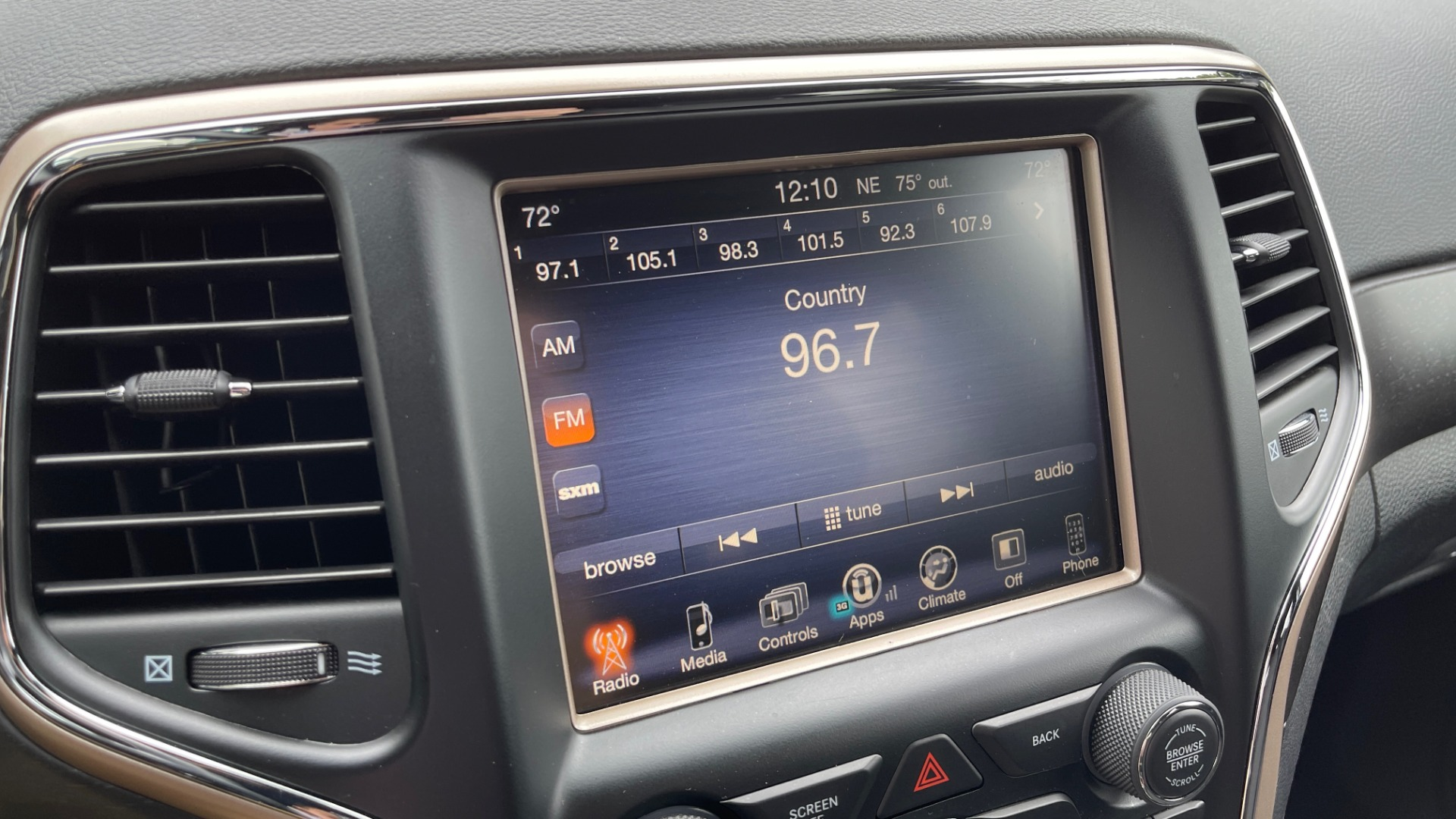 Used 2017 Jeep GRAND CHEROKEE LAREDO E 4X4 / KEYLESS-GO / 8.4IN TOUCH SCREEN / REARVIEW for sale $27,595 at Formula Imports in Charlotte NC 28227 36