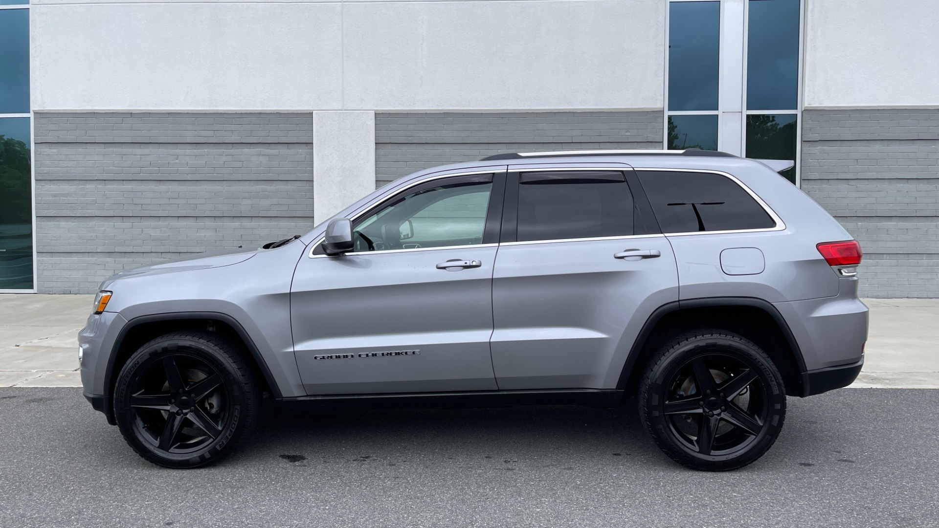 Used 2017 Jeep GRAND CHEROKEE LAREDO E 4X4 / KEYLESS-GO / 8.4IN TOUCH SCREEN / REARVIEW for sale $27,595 at Formula Imports in Charlotte NC 28227 4
